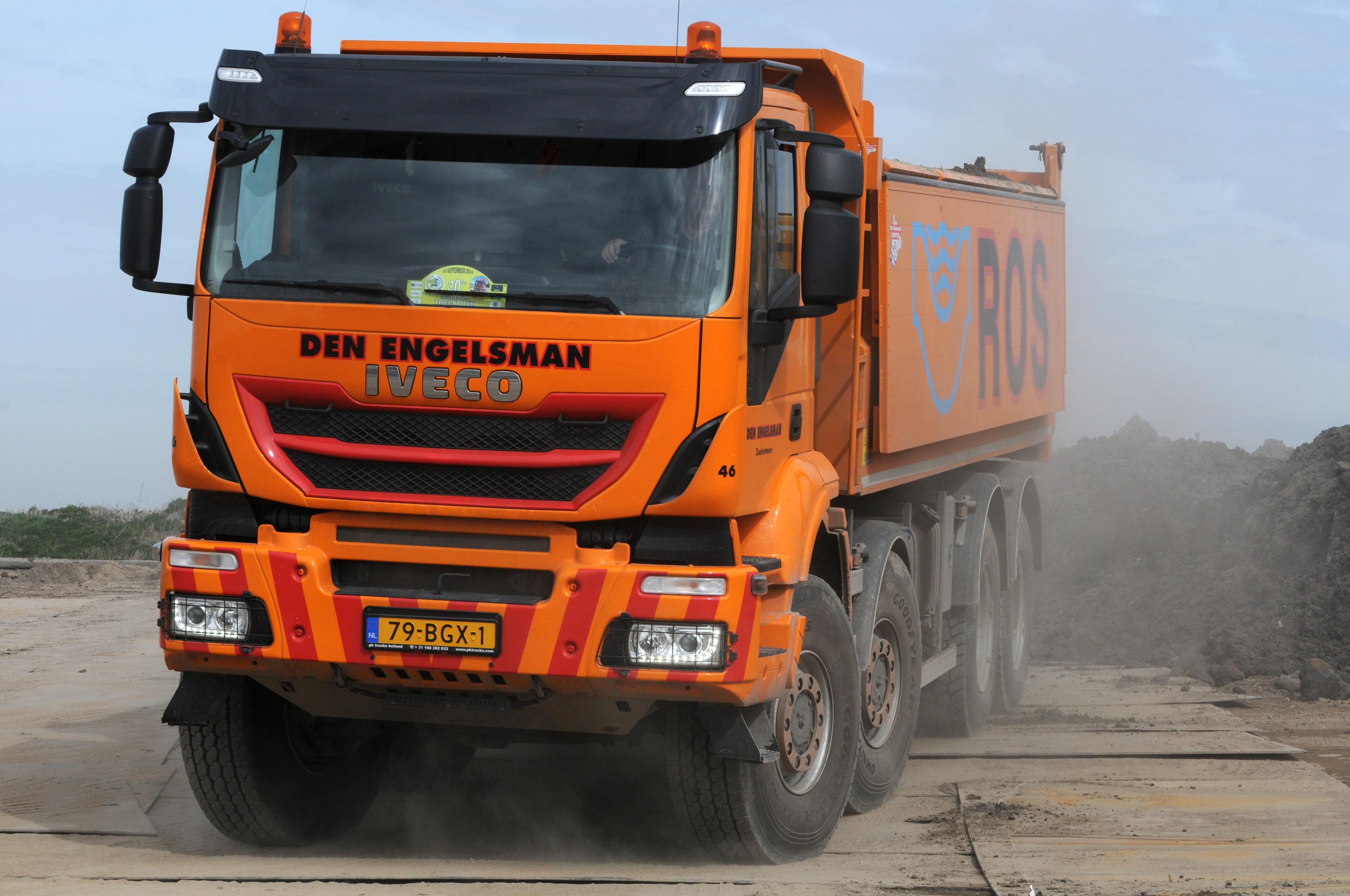 <p>De Trakker 8×8 is met zijn hoge wielen en cabine een indrukwekkende kipper. </p>