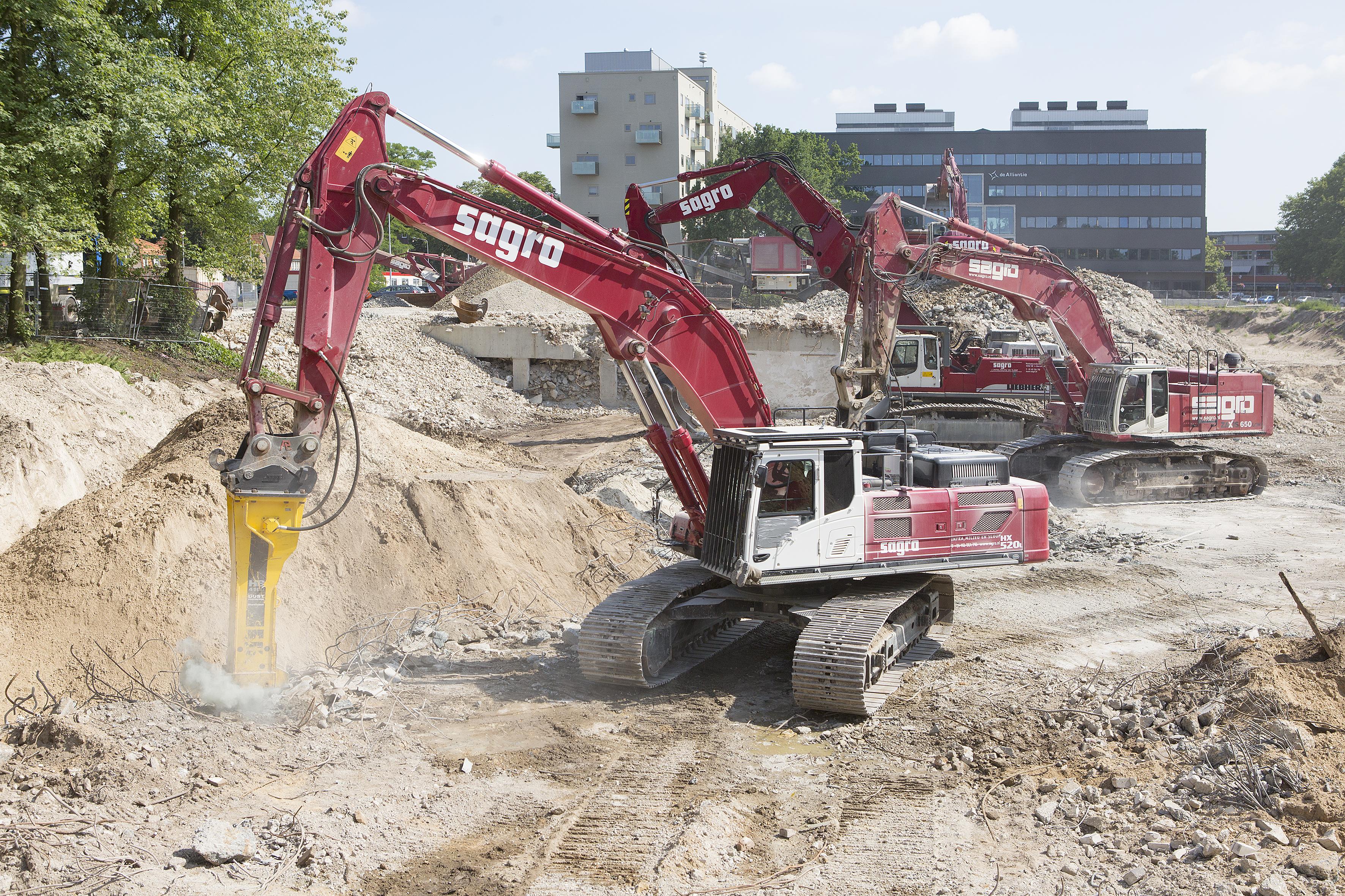 <p>Sagro werkt op een betrekkelijk klein oppervlakte met zes sloopkranen en de Kleemann breker aan het opruimen van wat nog rest van de voormalige kantoorgebouwen. Het kantorencomplex, waar eens Lucent Technologies gevestigd was, maakt plaats voor een parkeergarage.</p>