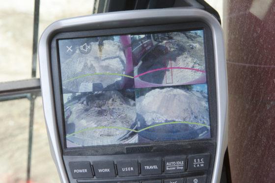 De machines uit de HX-serie worden voor Nederland standaard voorzien van hetAllAroundView Monitor camerasysteem (AAVM), inclusief IntelligentMovingObjectDetection(IMOD).Camera's aan voor- en achterzijde en de beide zijkanten bewaken de veiligheid.