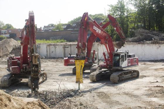 De trillingen diede zware machines bij desloopwerkzaamheden veroorzaken, worden met het oog op de omliggende bebouwing nauwgezet gemonitord.