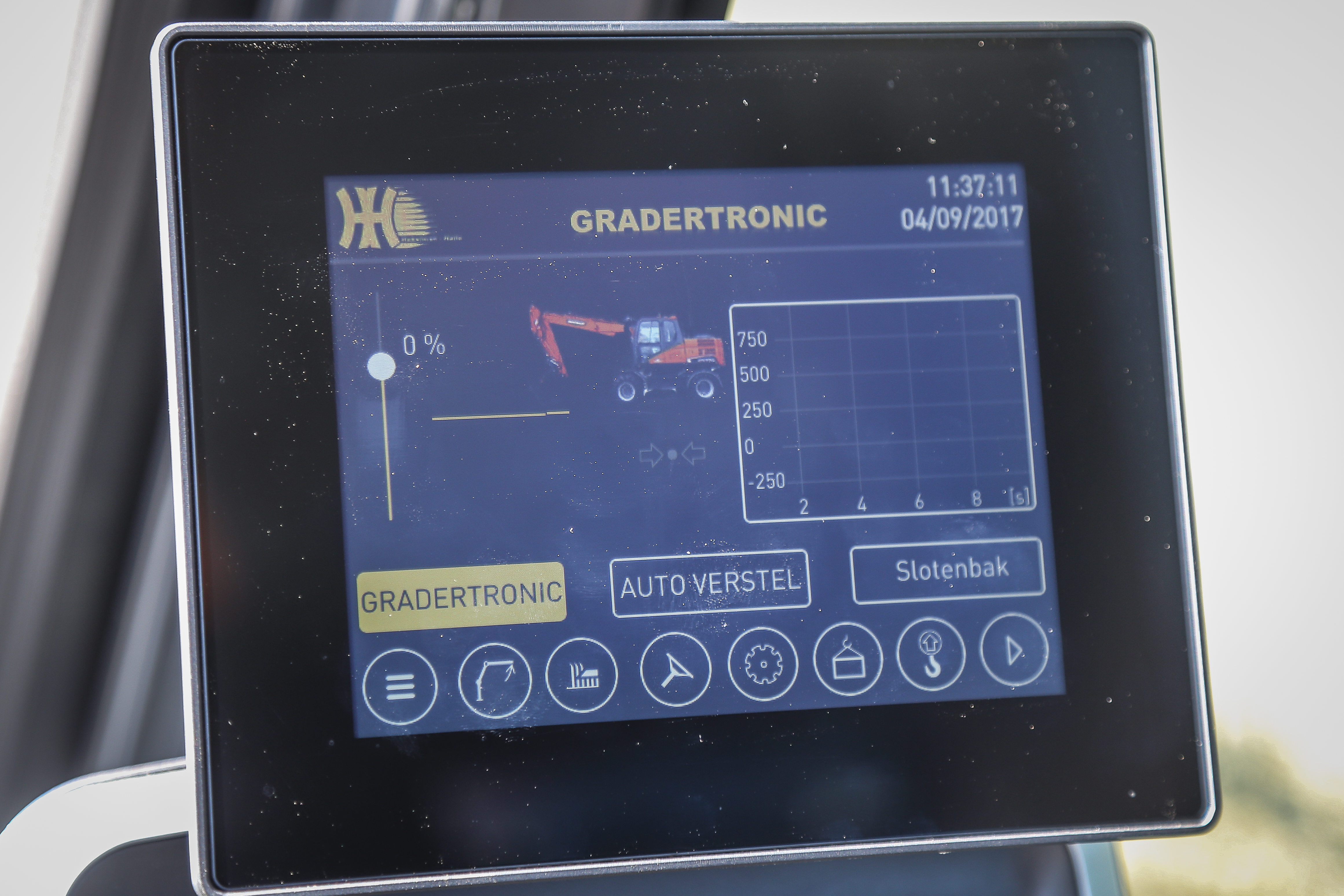 <p>Het Gradertronic-scherm is een HD-aanraakscherm en herbergt diverse functies, zoals een weegsysteem met optelfunctie, hoogtebegrenzing en lastmomentbeveiliging. </p>