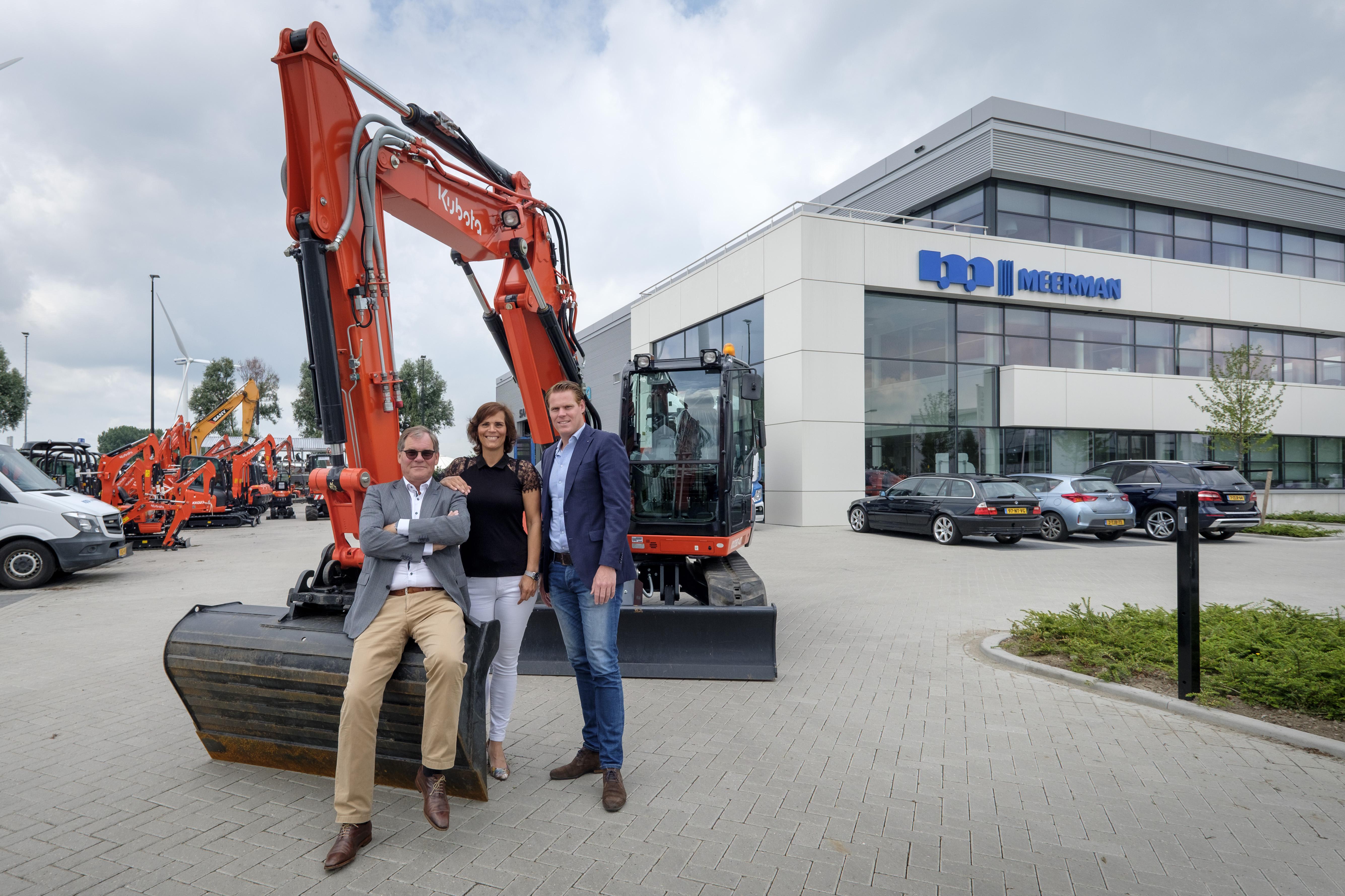<p>Vader Lourens, dochter Ilse en zoon Koen Meerman (van links naar rechts) bij de nieuwbouw in Vlaardingen. Ilse en Koen zijn de derde generatie in het familiebedrijf. 'Groei isook een doel,maar weblijven welrealistisch.' </p>