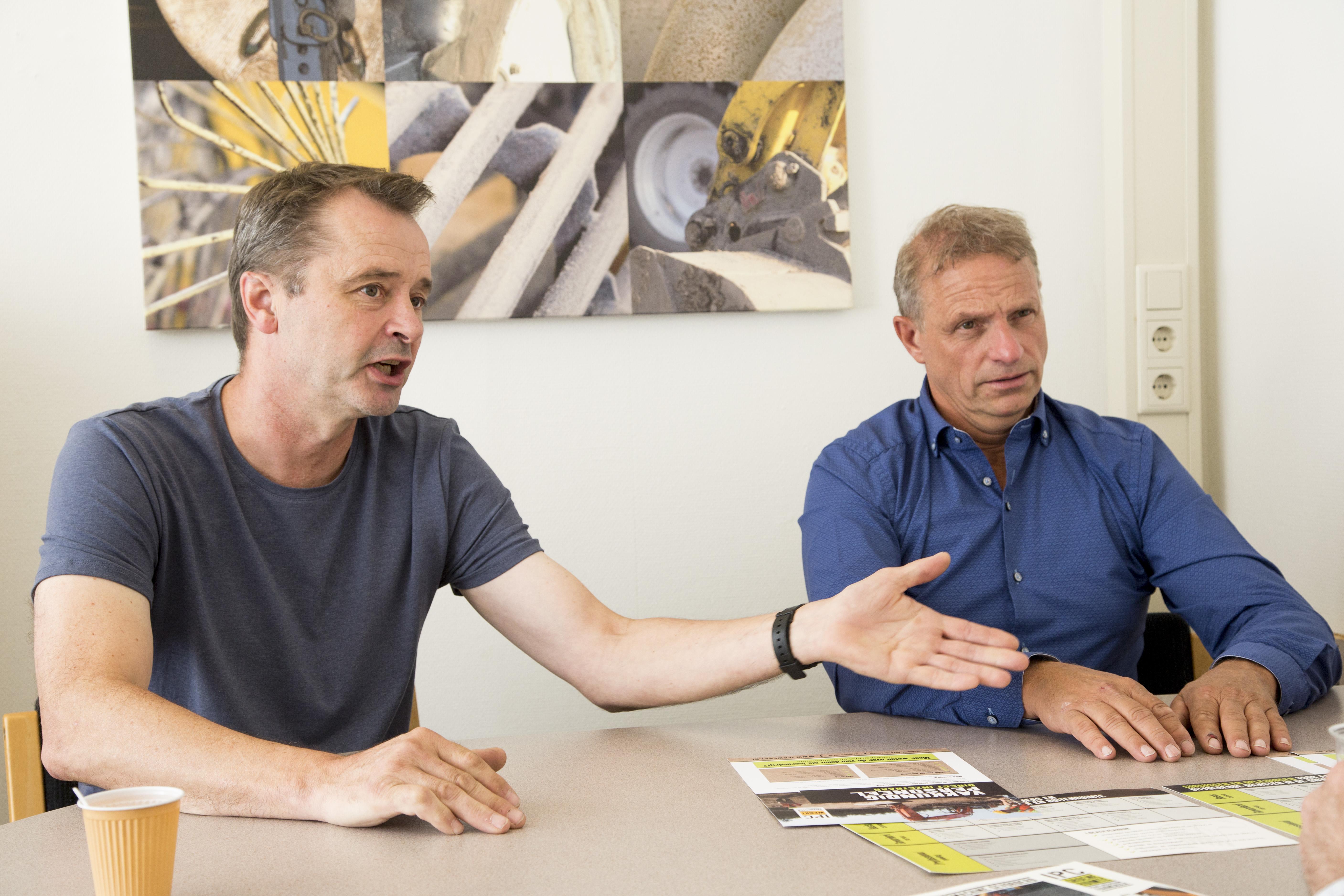 <p>DirecteurJohan van Apeldoorn en trainer Pim de Jonge van IPC Werkt: 'Het vinden van leerlingen is de grote uitdaging.'</p>