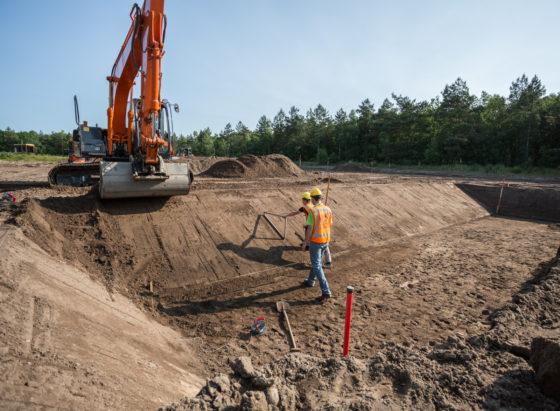 Cursisten aan het werk op het terrein van IPC Werkt, in de bosrijke omgeving bij Arnhem.