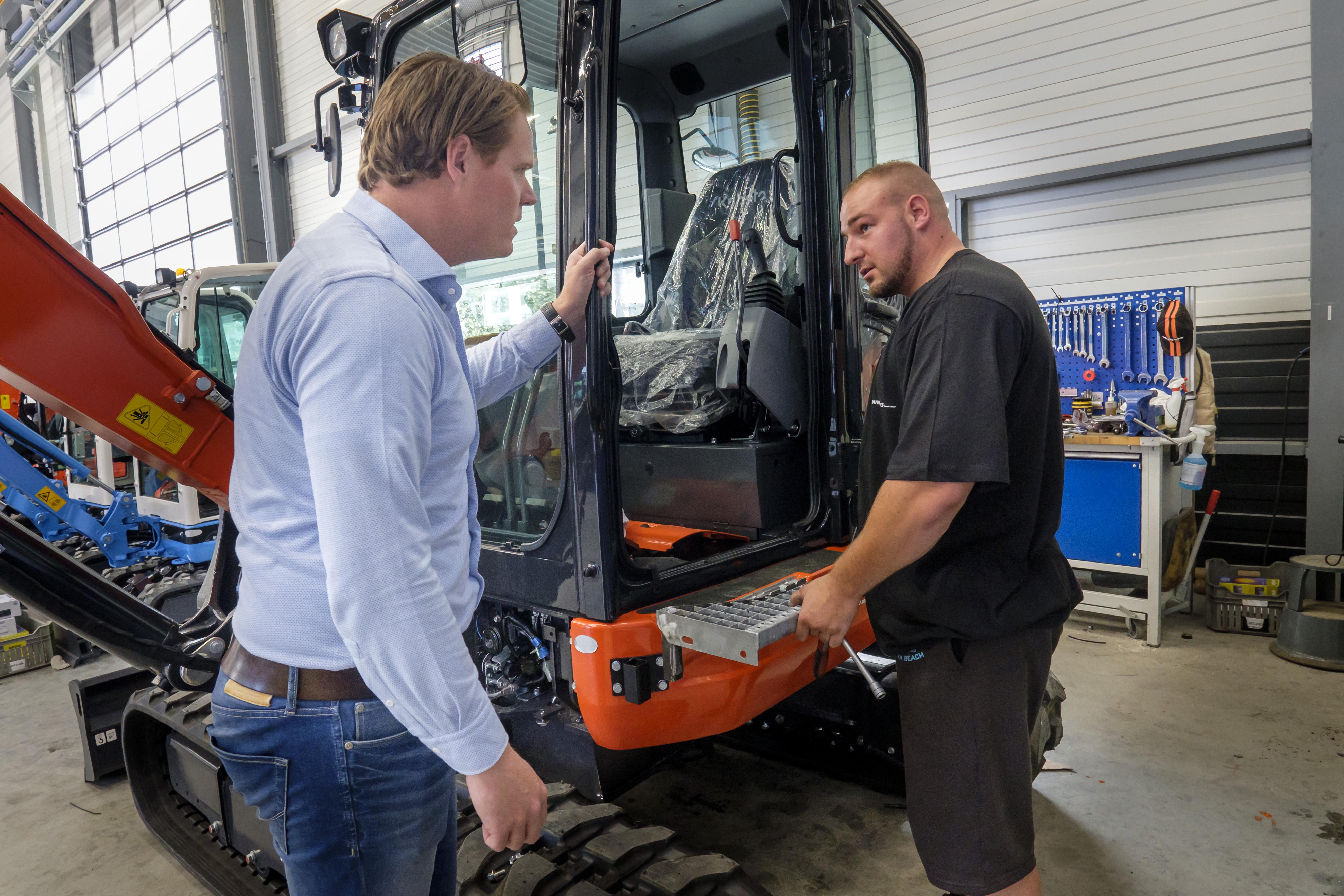 <p>Koen Meerman overlegt met een monteurin de werkplaats.</p>