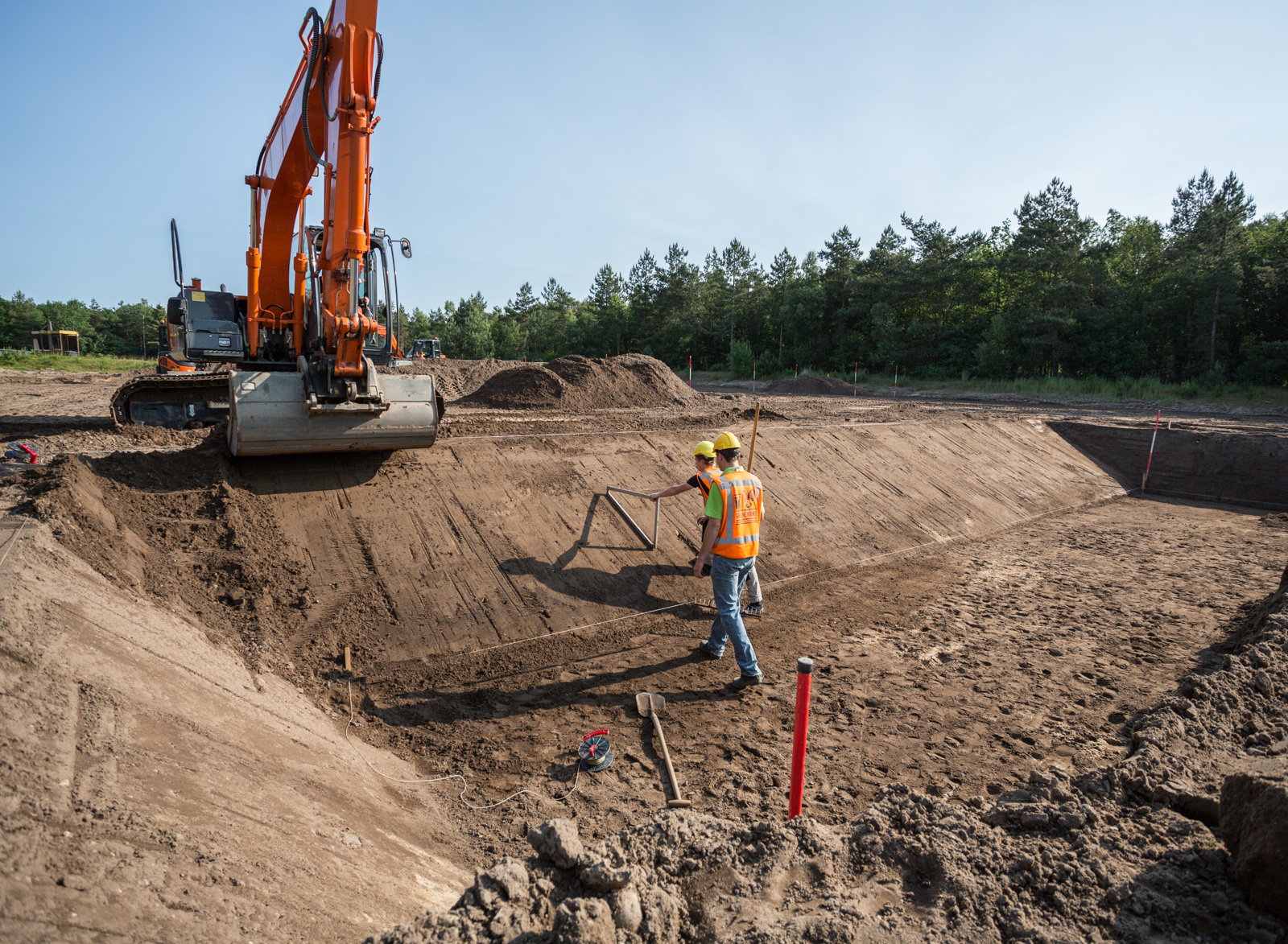 <p>Cursisten aan het werk op het terrein van IPC Werkt, in de bosrijke omgeving bij Arnhem.</p>