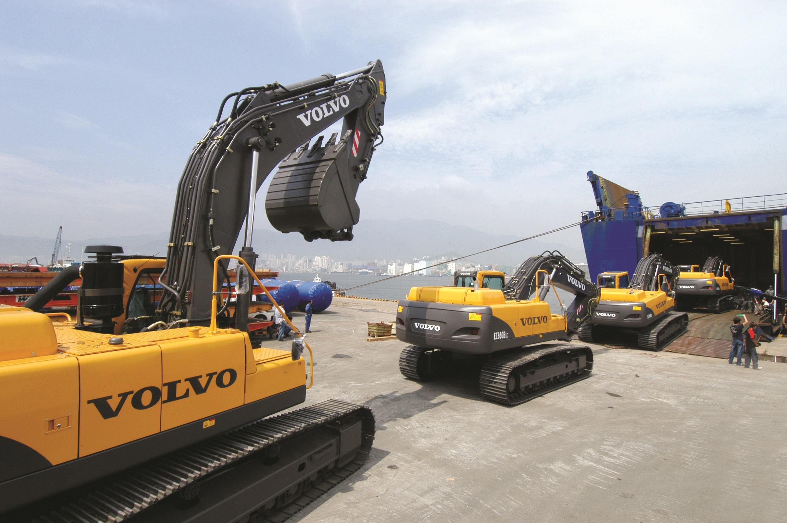 <p>Graafmachinesop transport voor deexportvanuitdeVolvo-fabriek inChangwonin Zuid-Korea.</p>