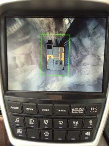 Hyundai HX220L met AAVM-camerasysteem. Met input van de 4 camera's berekent de computer een bovenaanzicht van de machine. Zo zie je als machinist wat er om je heen gebeurt.