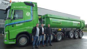 Nooteboom Trading in Zeewolde leverde 2 Schwarzmüller kippers aan Buuron Transport en Grondwerken in Roosendaal. De 3-assige kippers hebben een bak die volledig uit Hardox is opgetrokken.
