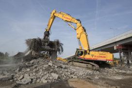 Vlasman sloopt 200 meter brug met Hitachi ZX890LCR-6