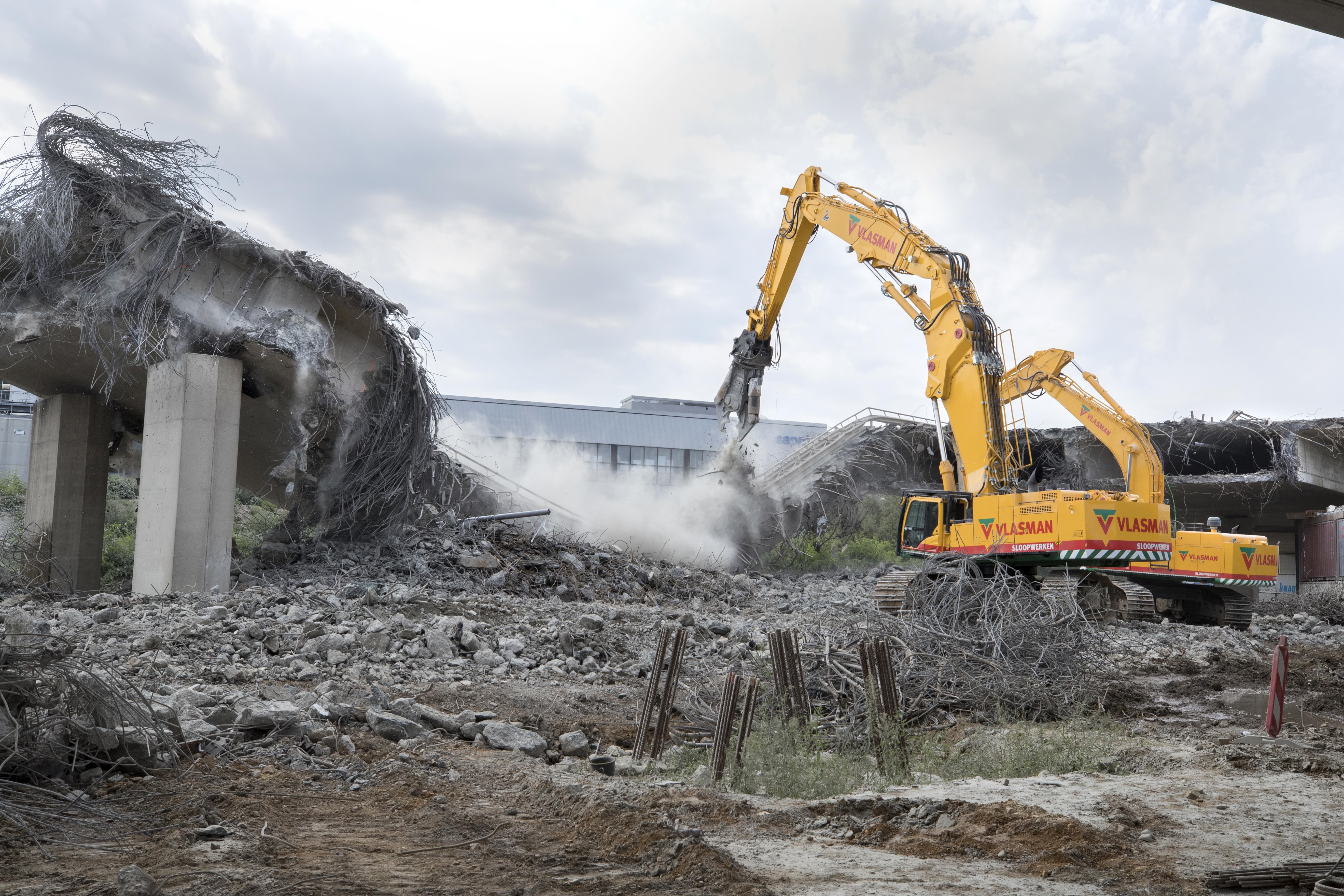 <p>De machine heeft 25 ton aan ballast. Dit contragewicht kan door de Hitachi zelf hydraulisch worden afgetild.</p>
