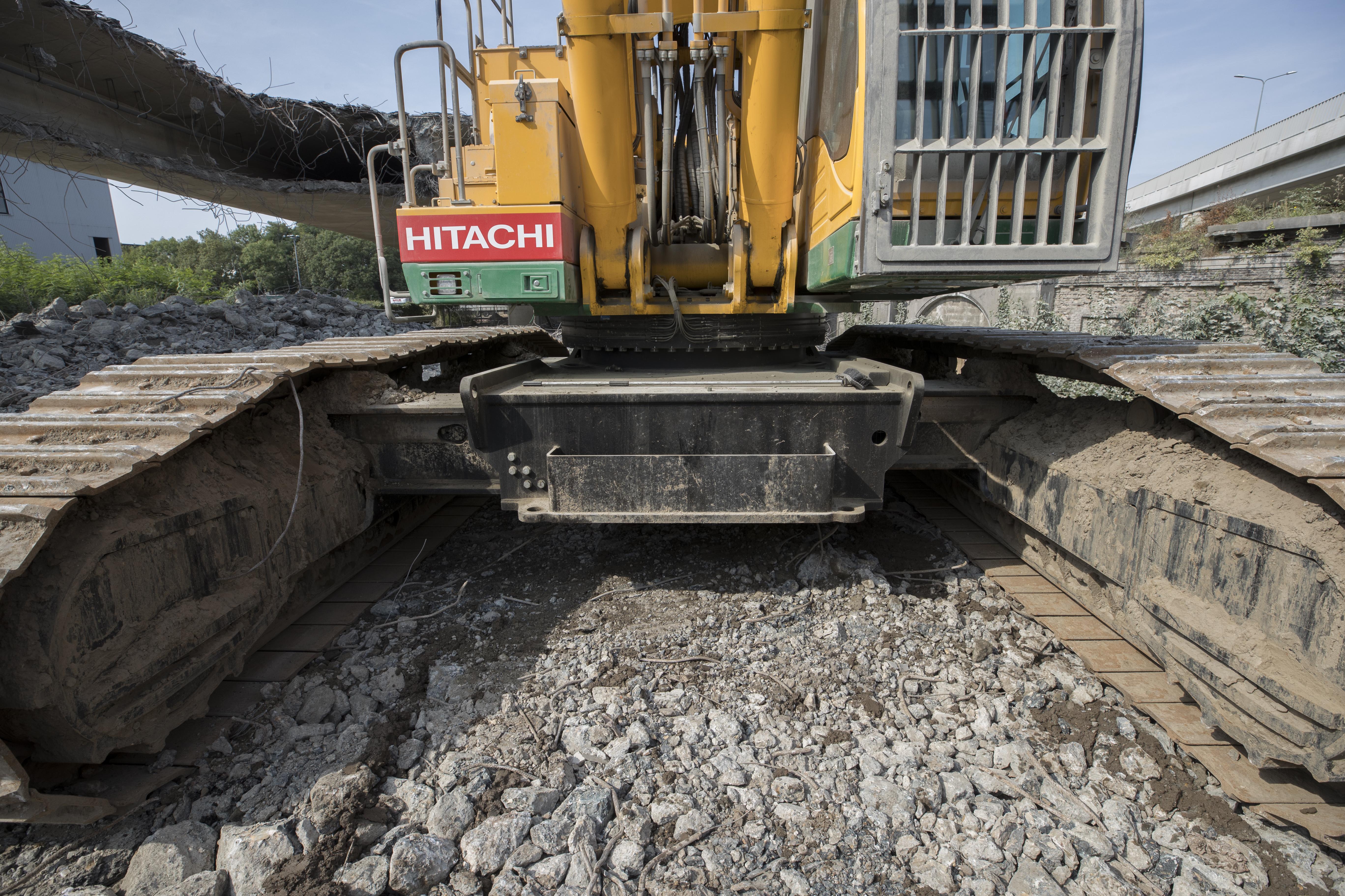 <p>Om de stabiliteit te vergroten zijn de rijbalken verlengd met150 cmen is de onderwagen hydraulisch uitschuifbaar van 4,0 meter naar 5,5 meter.</p>