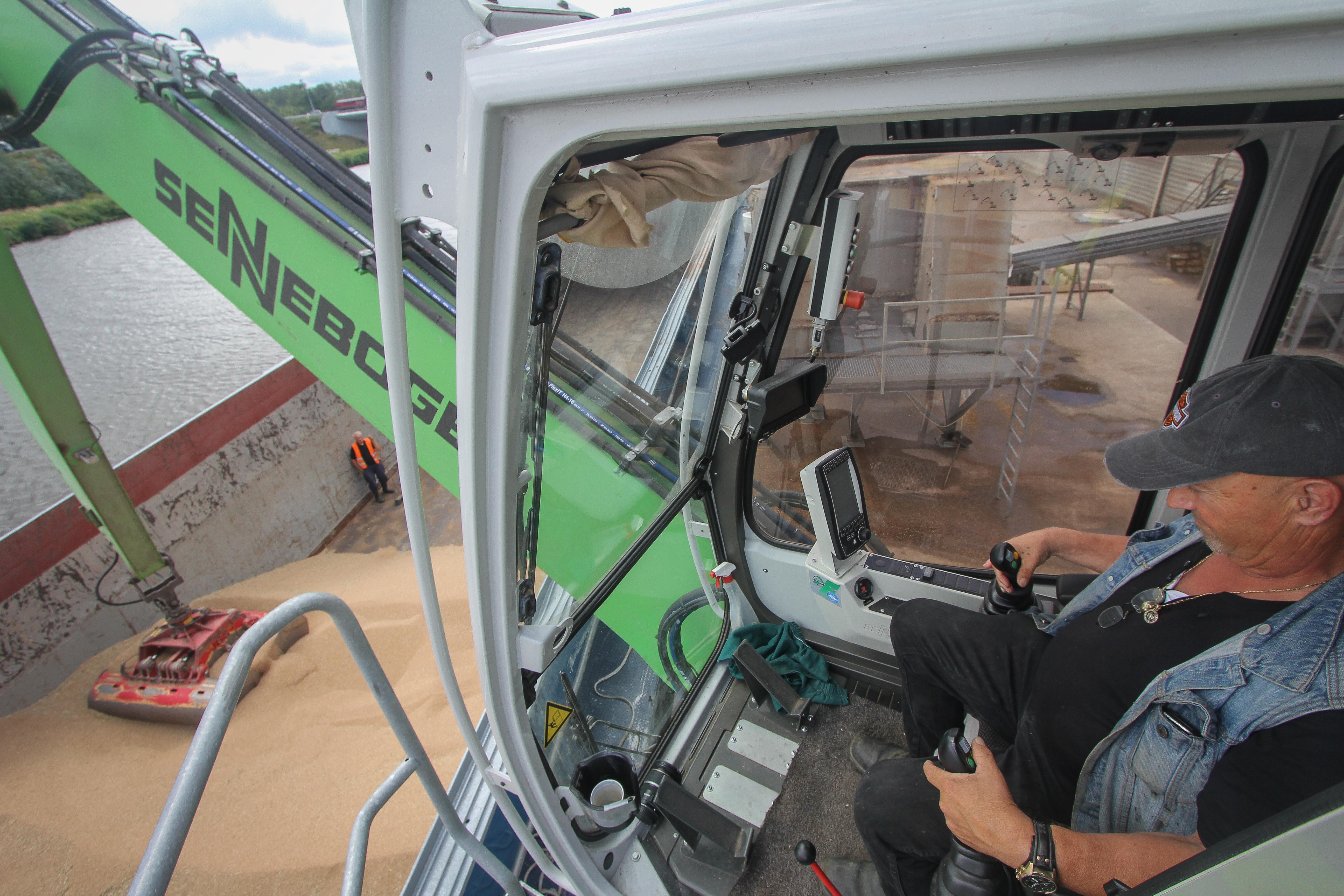 <p>Vanuit de in hoogte verstelbare cabine is er prima zicht. Een camera op de stick is een onmisbaar handigheidje.</p>