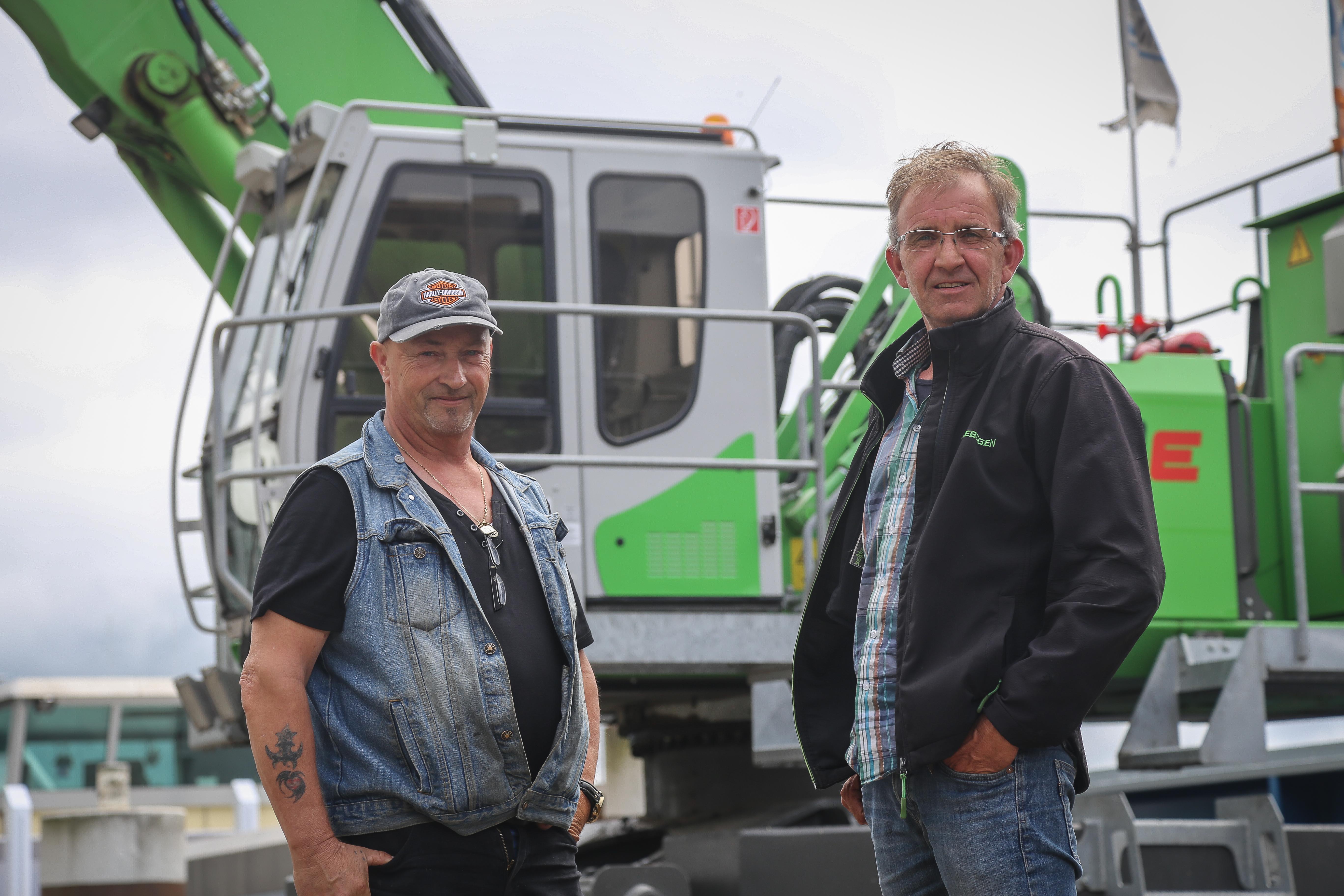 <p>RinusFrieswijken Jaap van Soest bij'hun'machine. Dankzij de ploegendienst vliegen de uren op de teller, die binnen twee jaar de 10.000 passeerde.</p>