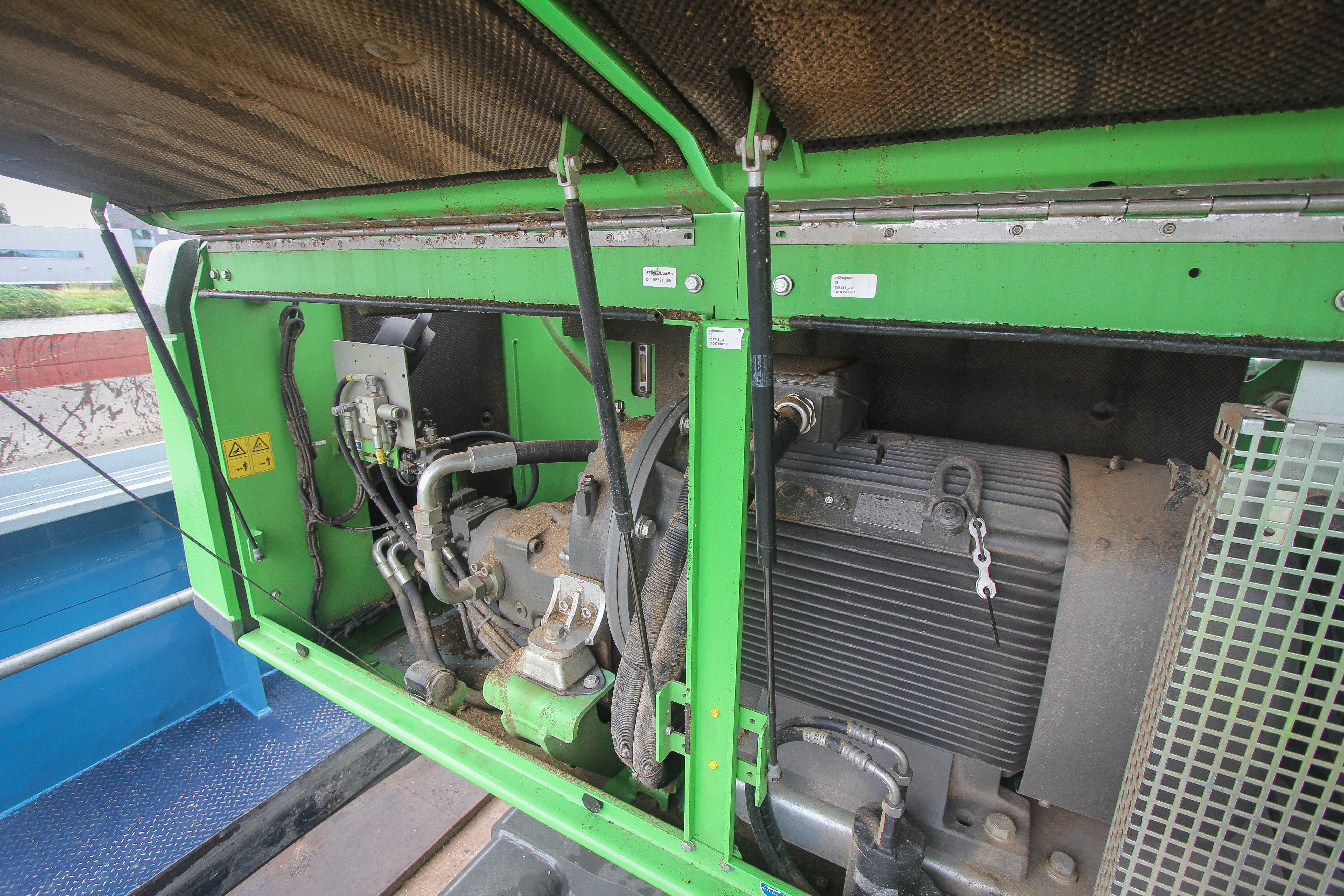 <p>Onder de kap geen dieselmotor. Dus geen hitte-ontwikkeling en een sterke reductie op onderhoudskosten.De elektromotor levert 132kW en drijft de pomp via een tandwielkast aan.</p>