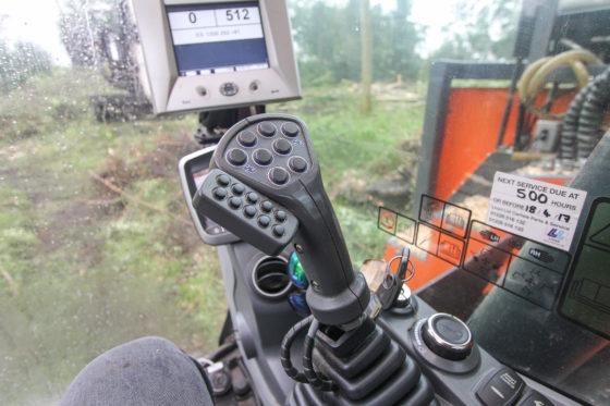 Los van de standaardfuncties telt elke stick 18 extra knoppen. Daar zal niet elke machinist vrolijk van worden. Het werken in de bosbouw vereist bovendien gevoel met hout. Dit maakt het een specialisme.