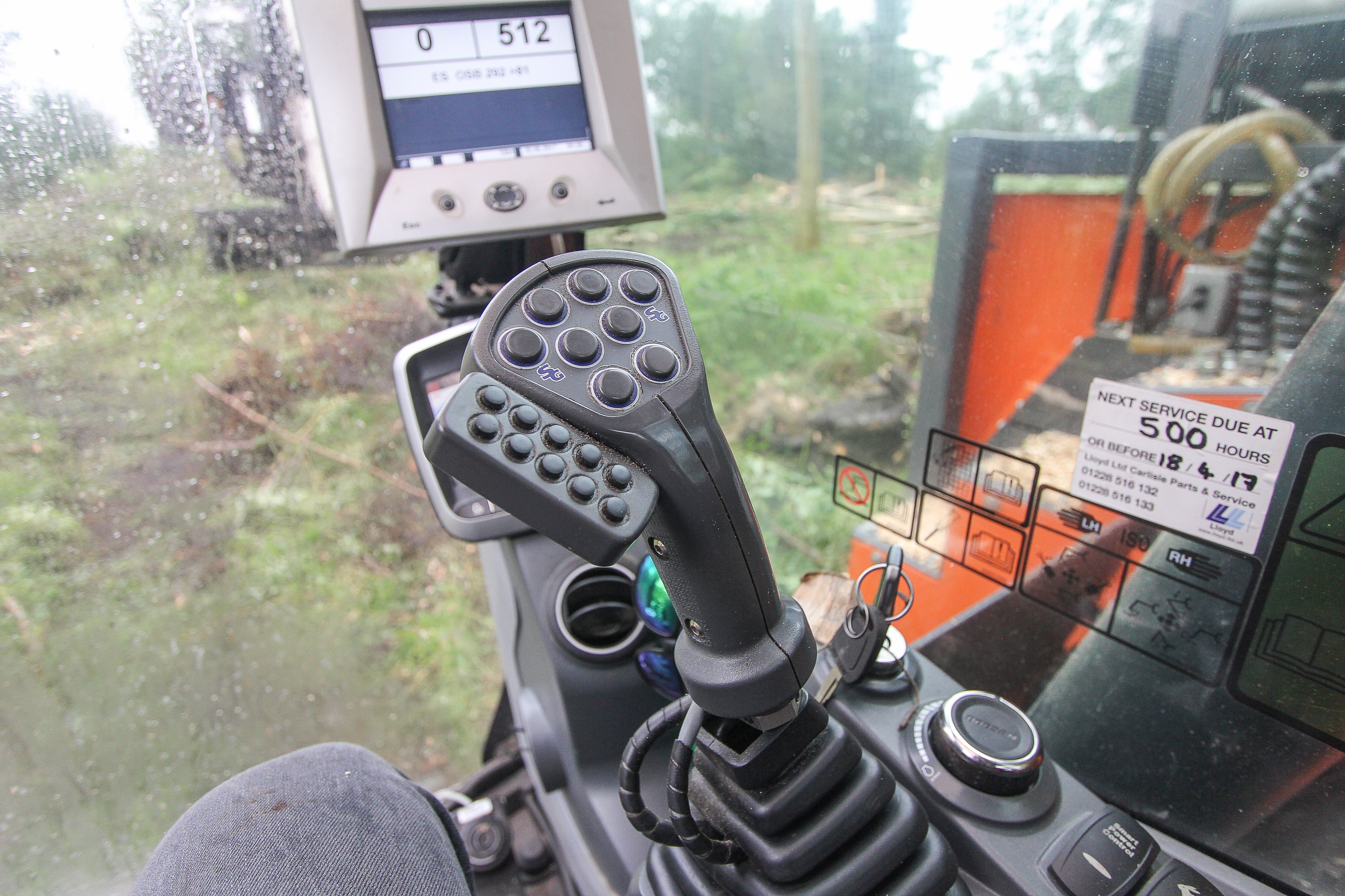 <p>Los van de standaardfuncties telt elke stick 18 extra knoppen. Daar zal niet elke machinist vrolijk van worden. Het werken in de bosbouw vereist bovendien gevoel met hout. Dit maakt het een specialisme.</p>