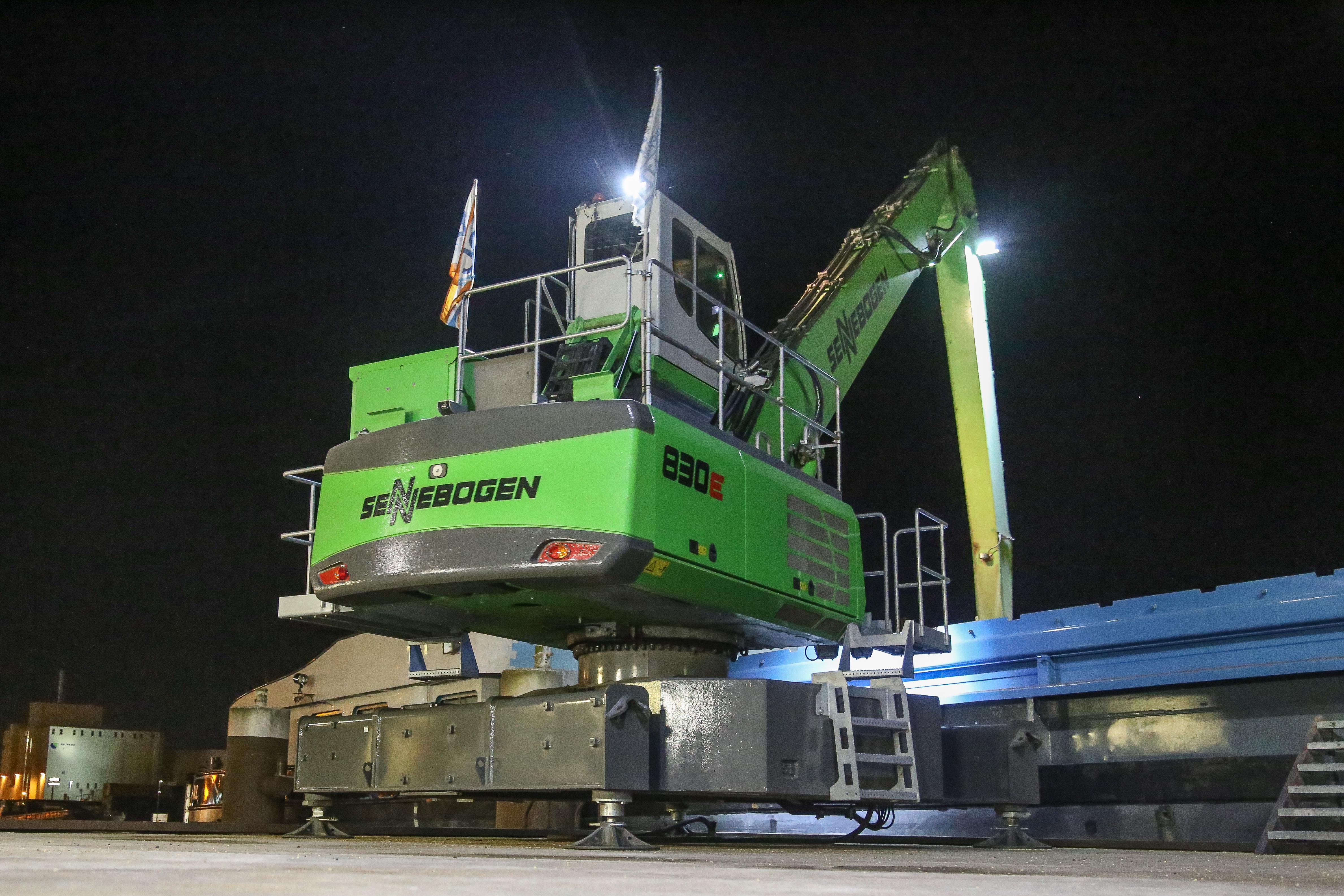 <p>Er is geen onderwagen. Puur uit kostenoogpunt. Dankzij 10 ton ballast op hetonderframestaat de machine stabiel op de stelpoten.</p>