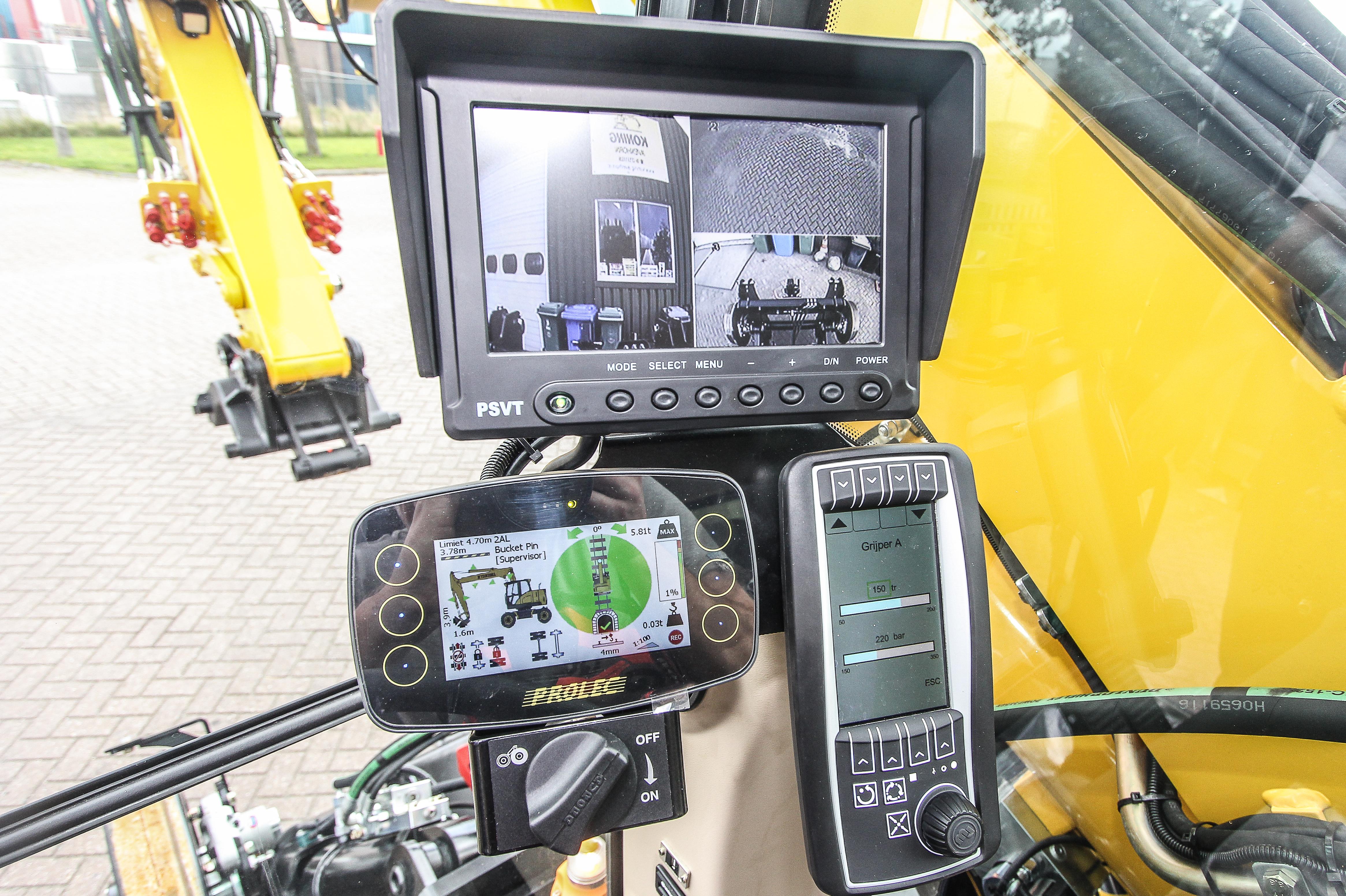<p>Er zijn drie camera's, die op het grote schermtezien zijn. DeProlec-hoogte en zwenkbegrenzing en LMB zijn af fabriek geïntegreerd (links). Rechts de machine-terminal met heel veel mogelijkheden, waaronder het variabel verstellen van liters éndrukkenper aanbouwdeel. Tevens zijn machinegegevens tot op detailuitleesbaar.</p>