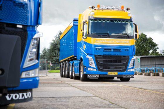 Aannemingsbedrijf Jos Scholman heeft twee nieuwe Volvo FH trucks in gebruik genomen. De FH500 trekker met gestuurde voorloopas wordt voornamelijk ingezet voor kippertransport en de FH 10x4 is voorzien van een ingenieus haakarmsysteem.