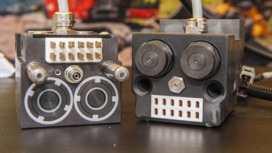 Het compacte standaardblok van Engcon's EC-Oil bestaat uit twee hydrauliekaansluitingen, een elektrisch contact en een koppeling voor de centrale vetsmering.