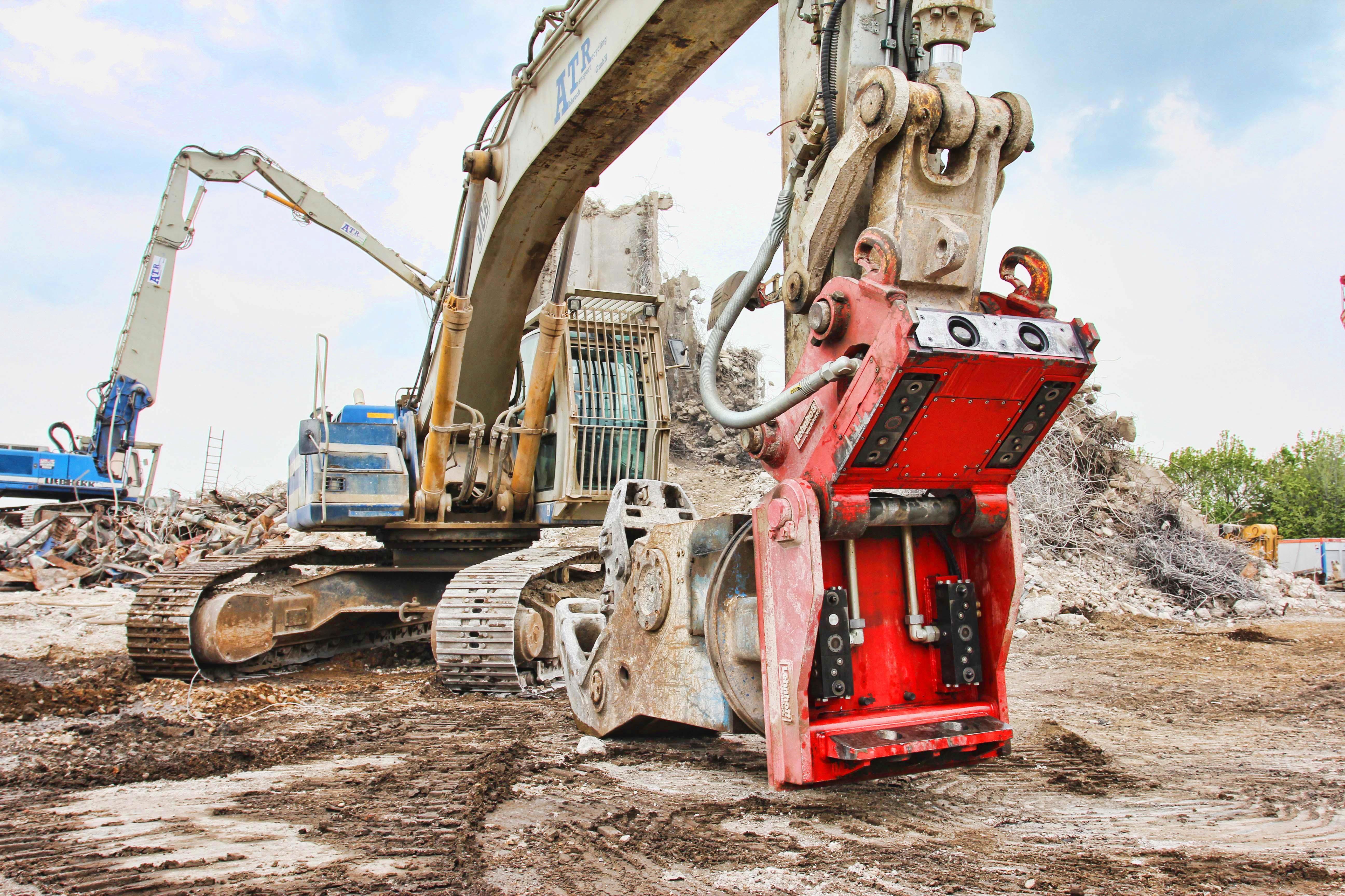 <p>De VL400 van Lehnhoff gemonteerd op een grote sloopmachine. Lehnhoff heeft systemen voor machines tot 130 ton.</p>