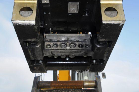 Bij de volautomatische snelwissel van OilQuick gebeurt de koppeling horizontaal. Op de snelwissel zitten de 'vrouwtjes', op het uitrustingsstuk de 'mannetjes'.