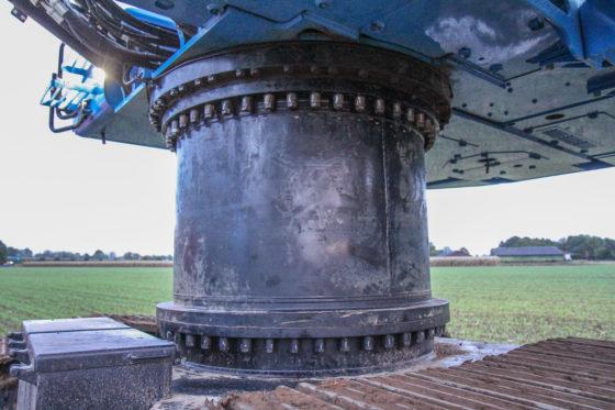 De pylon is ongeveer een meter hoog en kan gedemonteerd worden. Dat is sowieso nodig voor transport.