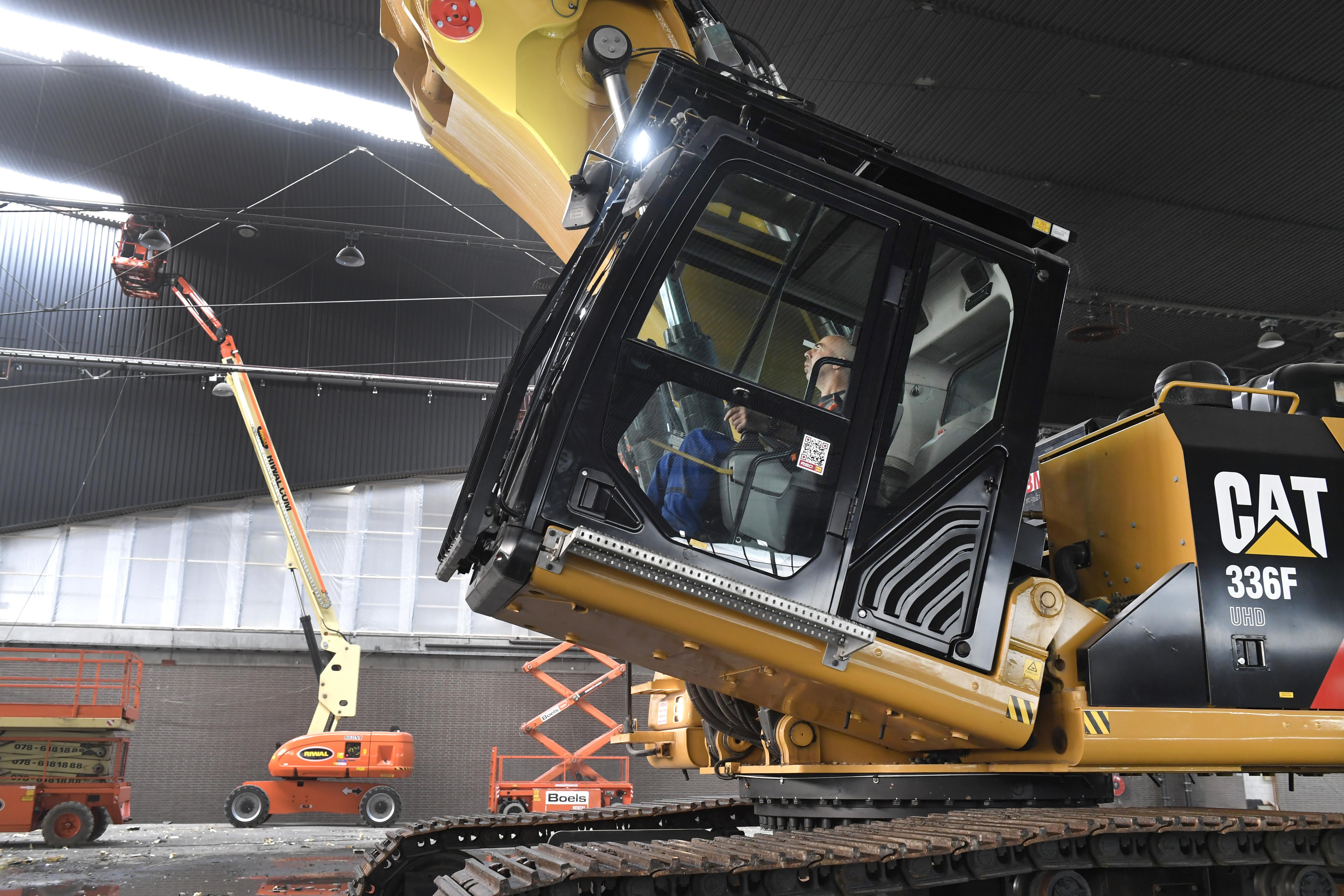 <p>De FOPS-cabine van de Cat 336F UHD is voorzien van veiligheidsglas en kan 30° achterover kantelen, zodat de machinist een beter zicht heeft op het werk.</p>
