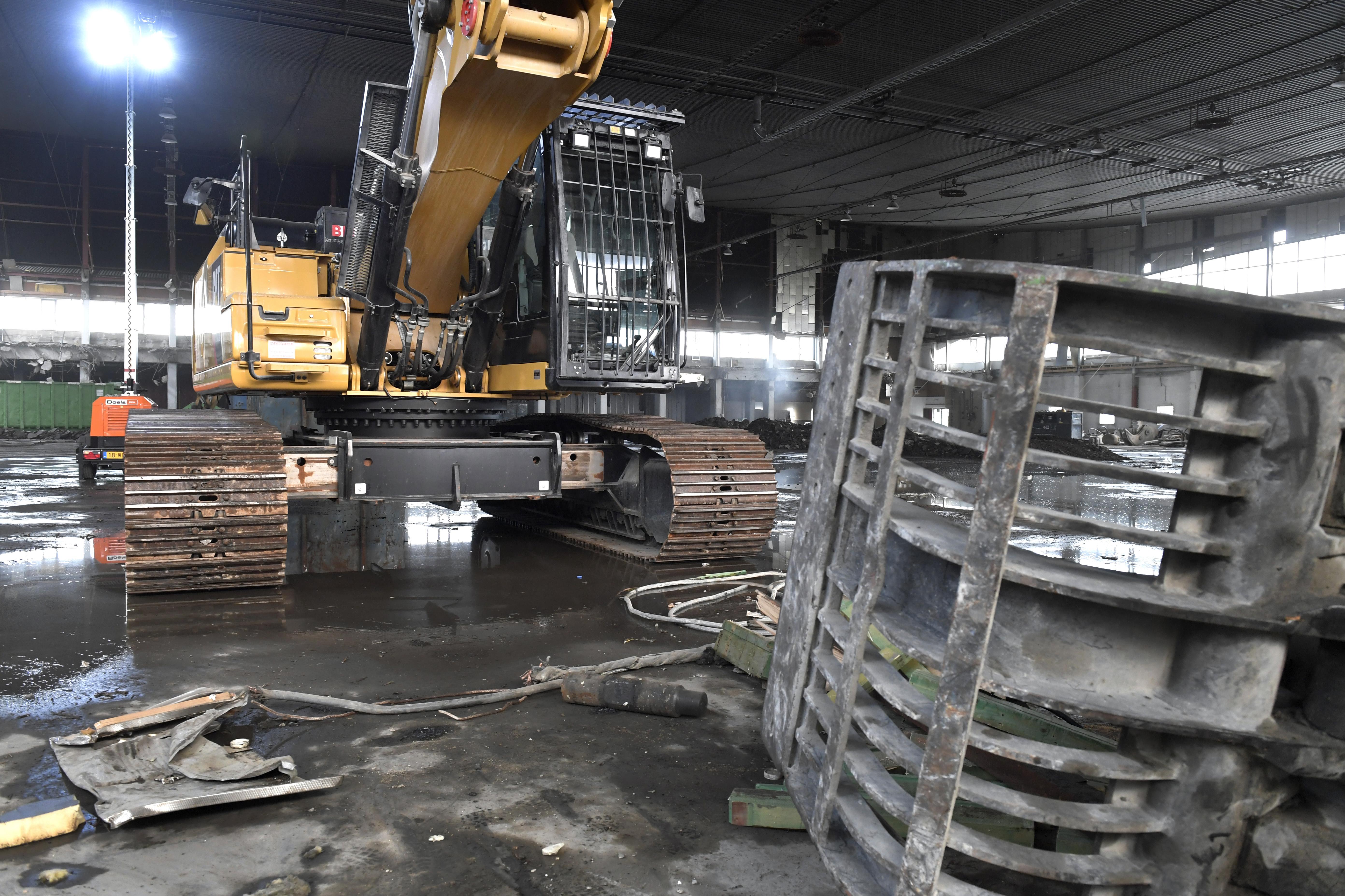 <p>Ingeschoven is de onderwagen van de 52 ton wegende Cat 3,43 meter breed. Daarmee blijft de machine dus binnen de wettelijke breedte van 3,50 meter waarvoor geen ontheffing nodig is. Op het werk kan de onderwagen worden uitgeschoven tot 4,25 meter breed.</p>