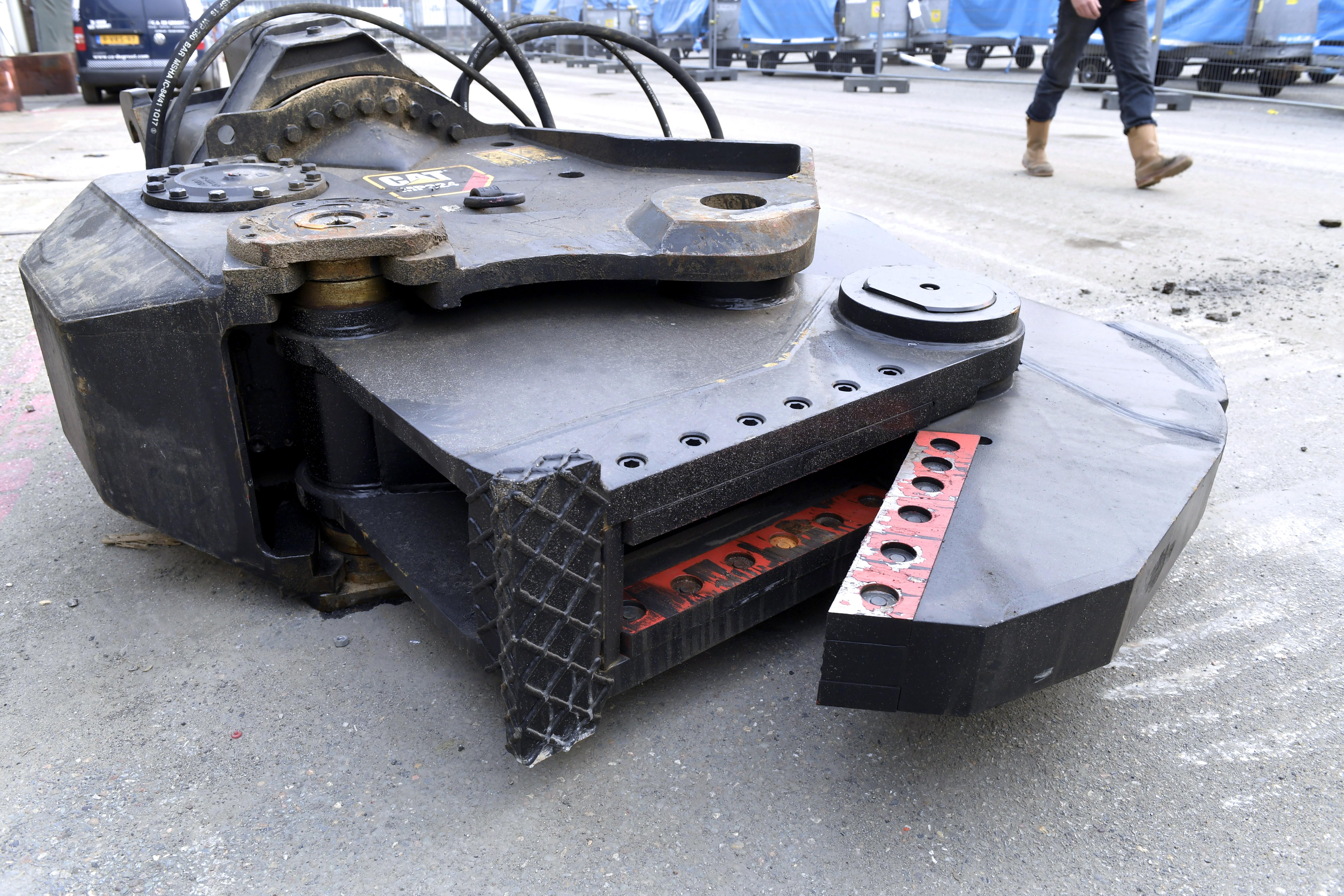 <p>C.A. de Groot huurde bij de Cat 336F UHD een Cat MP324 tankschaar voor het knippen van het dak.</p>
