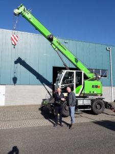 Van den Heuvel Cranes & Services B.V. in Werkendam heeft de eerste vernieuwde Sennebogen mobiele telescoopkraan type 613E afgeleverd bij Dematec Rail in Dodewaard.