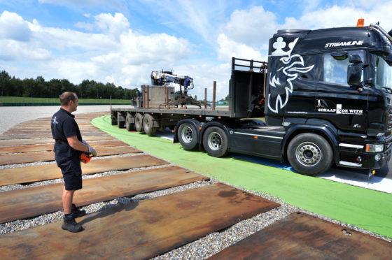 De Scania's van rijplatenlegger Schaap De With zijn radiografisch te bedienen. Deze R520 is pas enkele weken in gebruik. Technisch heeft het opbouwen van de afstandsbediening nogal wat voeten in aarde.