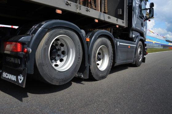 De trucks hebben allemaal een sleepas. In het werk heffen de mannen deze uit. Blijft over een truck met superkorte wielbasis die erg wendbaar is. Een dubbel aangedreven tandem is niet nodig, omdat er altijd over de (eigen) rijplaten gereden wordt.