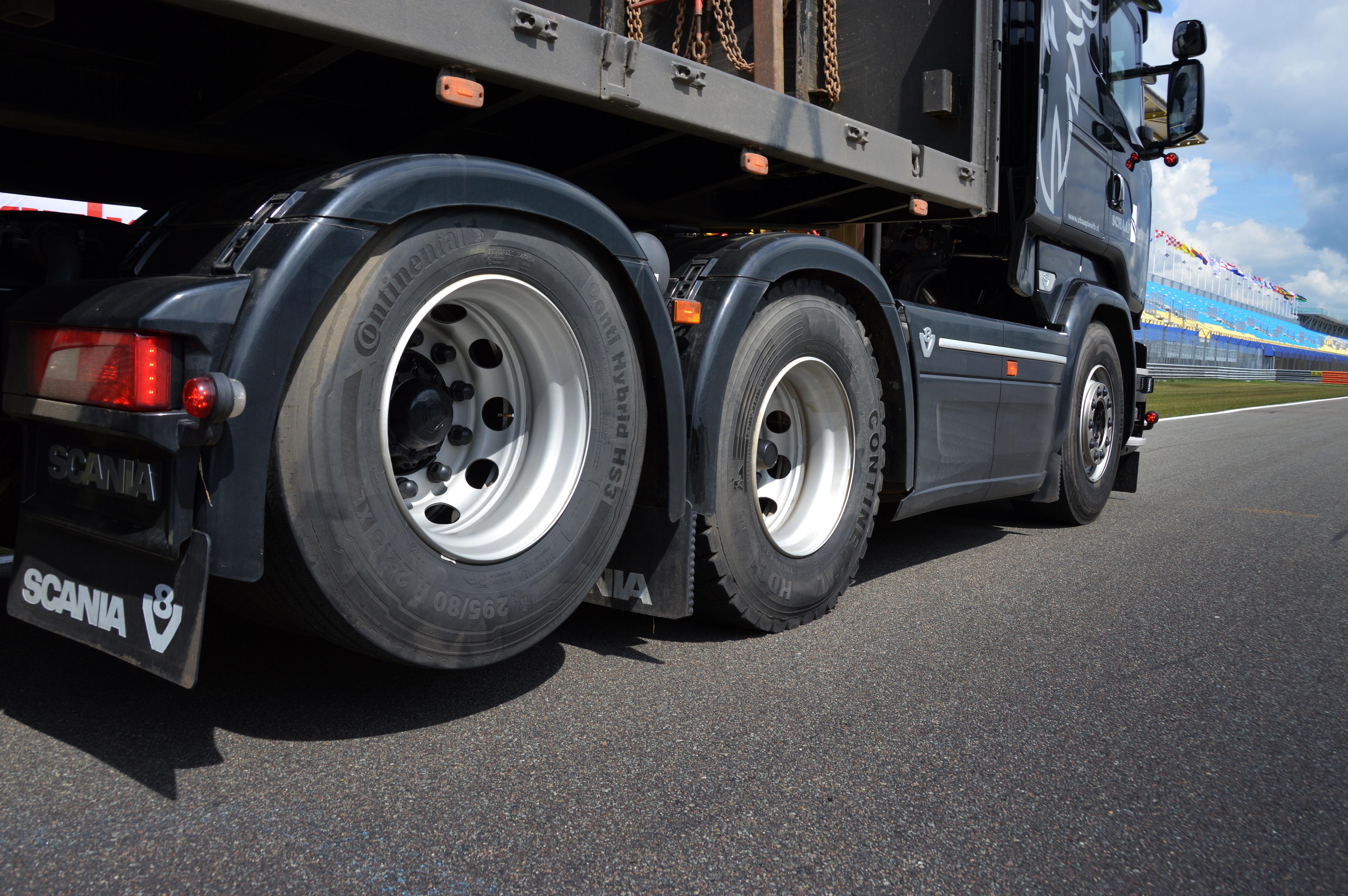 <p>De trucks hebben allemaal een sleepas. In het werk heffen de mannen deze uit. Blijft over een truck met superkorte wielbasis die erg wendbaar is. Een dubbel aangedreven tandem is niet nodig, omdat er altijd over de (eigen) rijplaten gereden wordt. </p>
