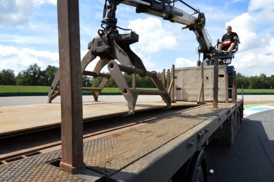 De opleggers zijn vanwege de rijplaten uitgevoerd met extra rongen en rongpotten. Met de klem zijn ook de grote rijplaten te leggen.