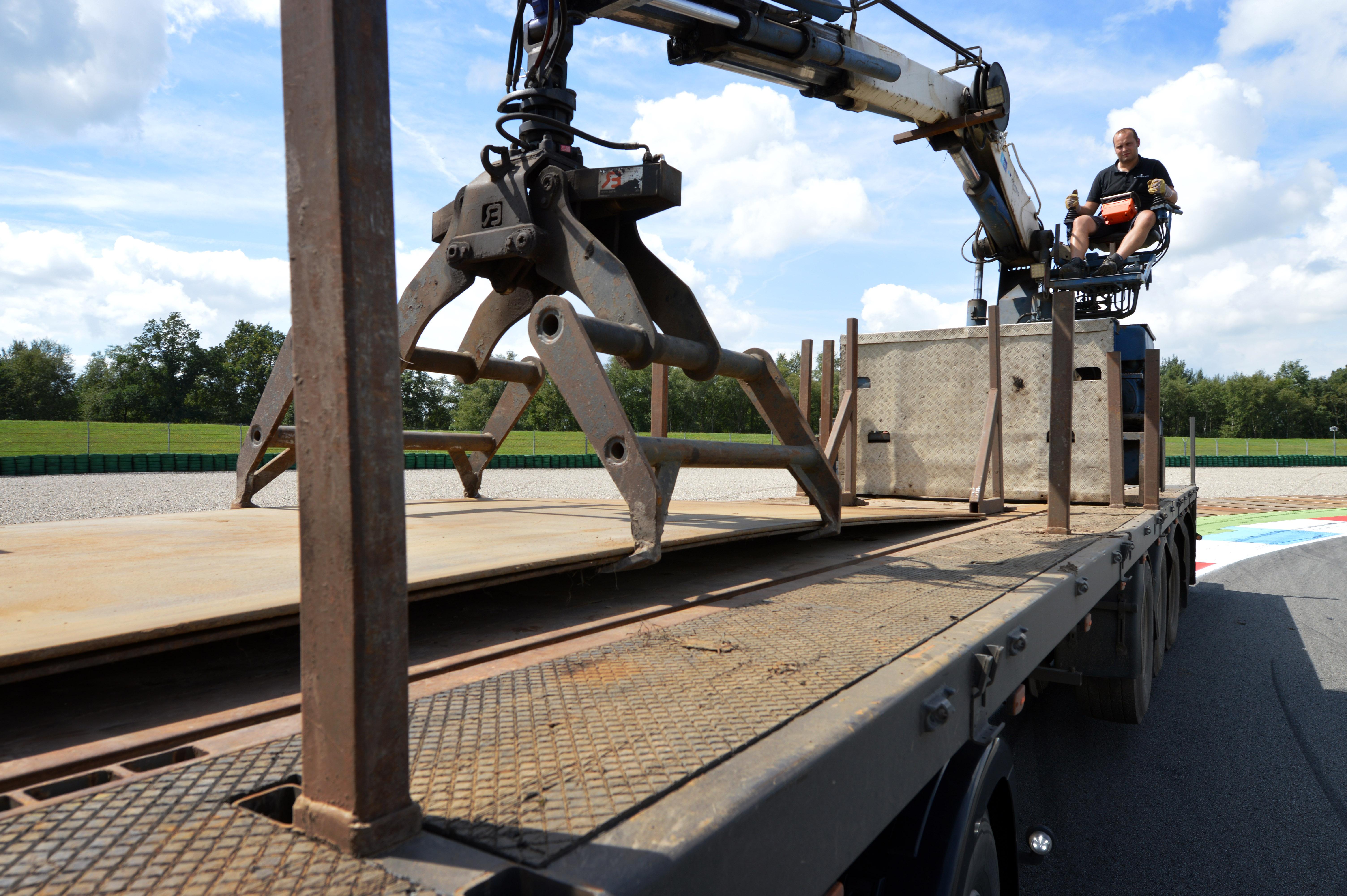 <p>De opleggers zijn vanwege de rijplaten uitgevoerd met extra rongen en rongpotten. Met de klem zijn ook de grote rijplaten te leggen.  </p>
