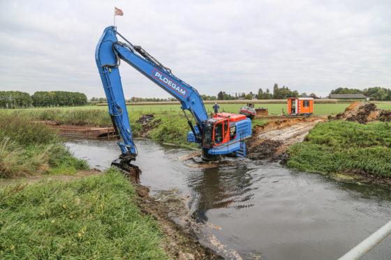 Ploegam heeft voor het verdiepen van de rivier de Aa een unieke Cat laten bouwen. De graafmachine heeft en verhoogde draaikrans en kan in de rivier staan