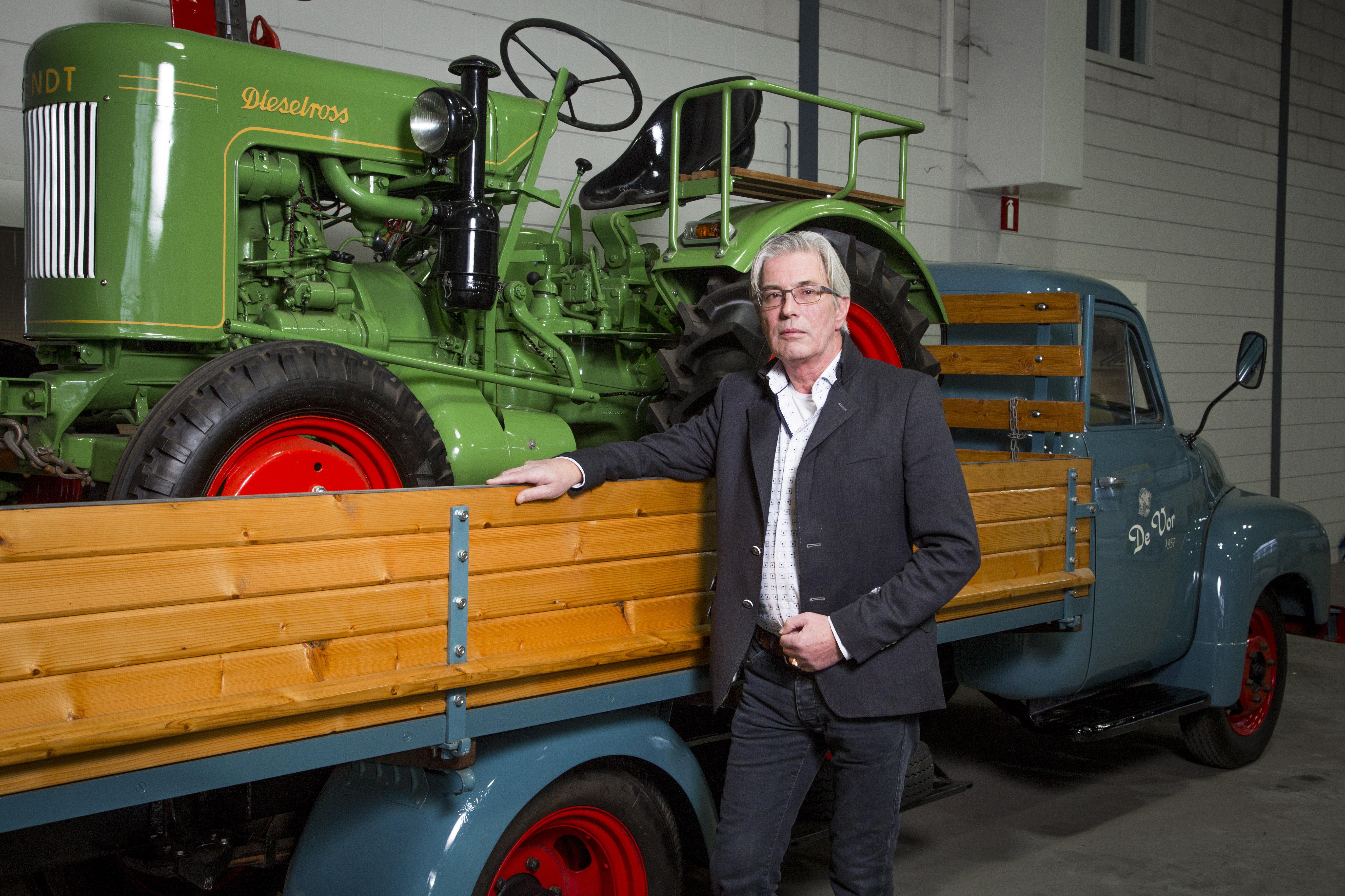 <p>André de Vor bij een stuk tastbare familiegeschiedenis. Zijn vader Cees en oom Willem begonnen in 1957 onder de naam Gebr. De Vor Achterveld te handelen in gebruikte tractoren. Voor het transport werd een soortgelijke Opel Blitz gebruikt als op deze foto.</p>