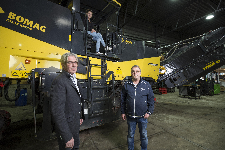 <p>Bomag was goed voor ongeveer een derde van de omzet van RoAd. Hier poseert André de Vor samen met bedrijfsleider Gert Smink en Femke Ansink (verkoop binnendienst) bij een BM 2000/75, een twee-meter-freesmachine. De Vor is lyrisch over de Duitse fabrikant. 'Bomag is een fantastisch merk.'</p>