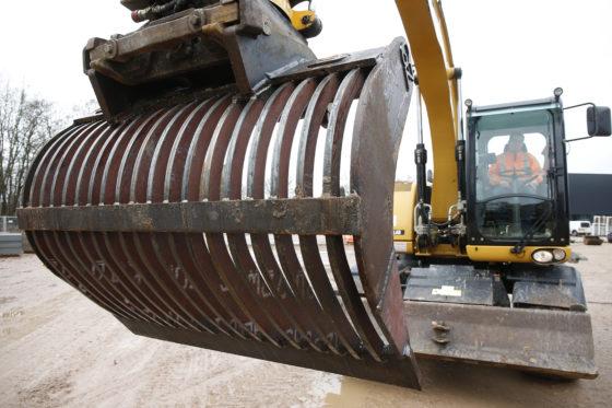 De revisie van een puinbak gaat bij Groot Zevert tussen de bedrijven door. Rob bestelt staal, laat het op maat snijden en last het vervolgens in elkaar. 'Zo goed als nieuw, voor weinig.'