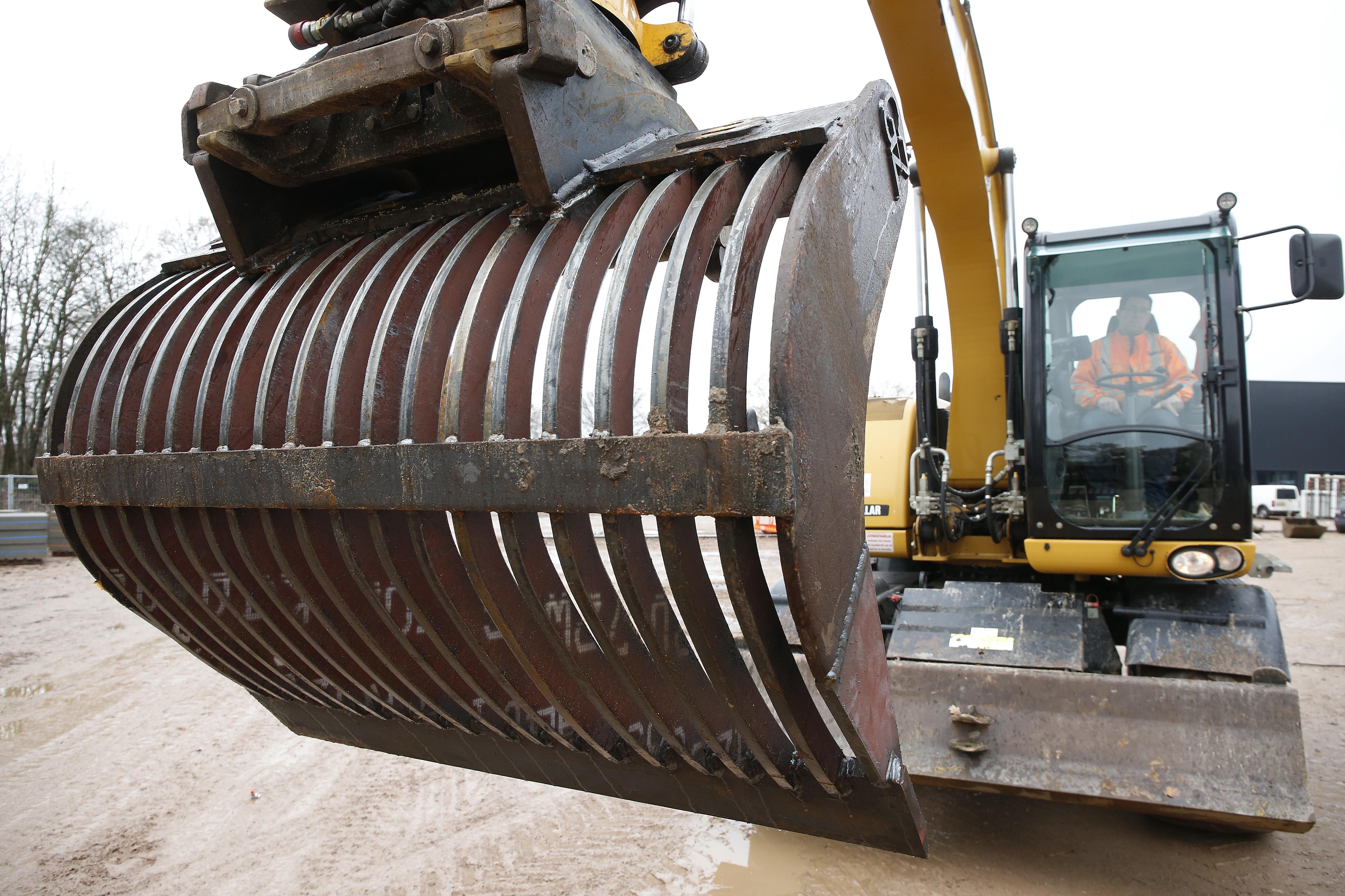 <p>De revisie van een puinbak gaat bij Groot Zevert tussen de bedrijven door. Rob bestelt staal, laat het op maat snijden en last het vervolgens in elkaar. 'Zo goed als nieuw, voor weinig.' </p>