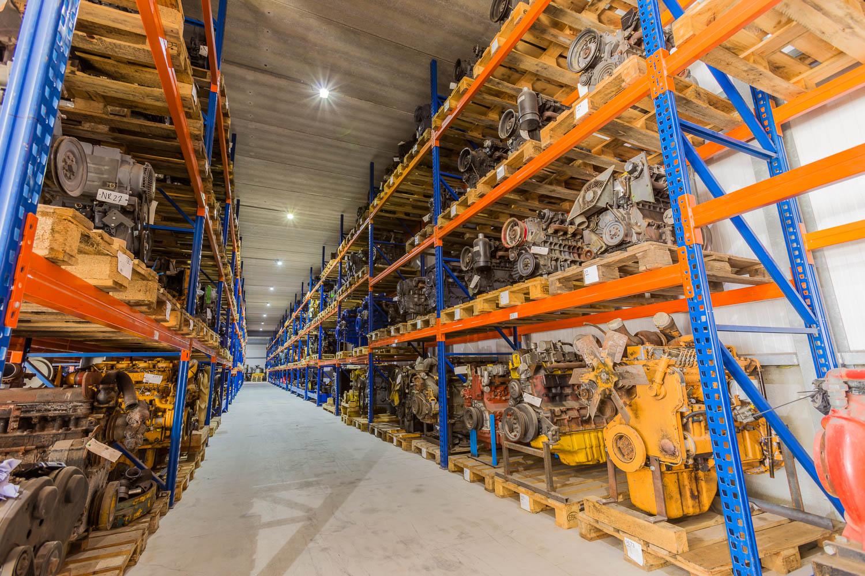 <p>Sterk punt van Overbeek: het bedrijf heeft een immens magazijn vol met (gereviseerde) motoren, versnellingsbakken, assen, hydrauliekmotoren en -pompen. </p>