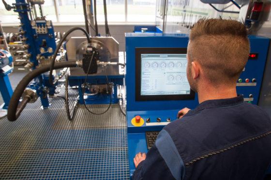 Bij Luteijn wordt elke gereviseerde hydraulische component uitvoering gecontroleerd voordat hij weer in een machine wordt gehangen.