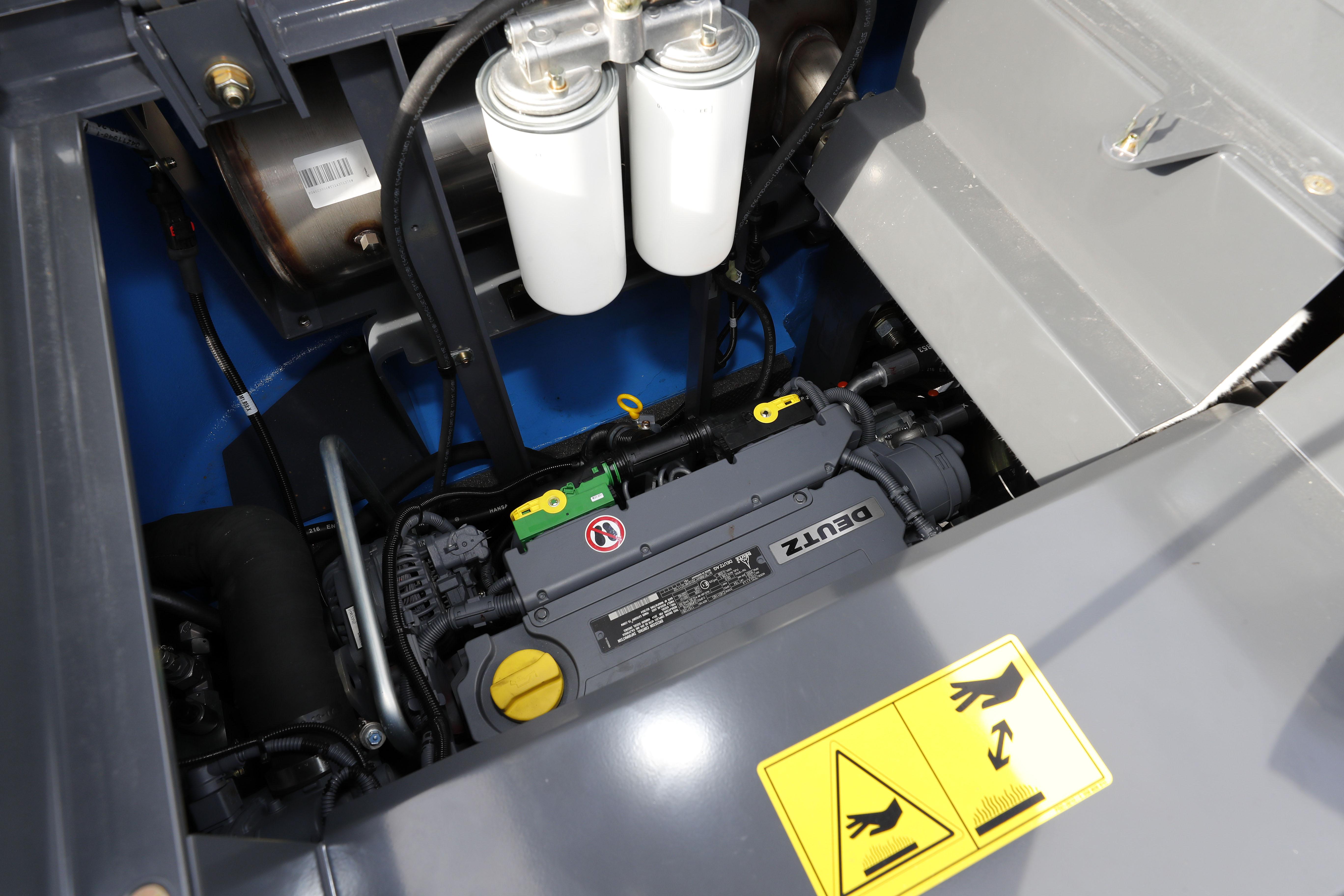 <p>Krachtbron van de machine is een 115 kW 4-cilinder Deutz-motor.</p>
