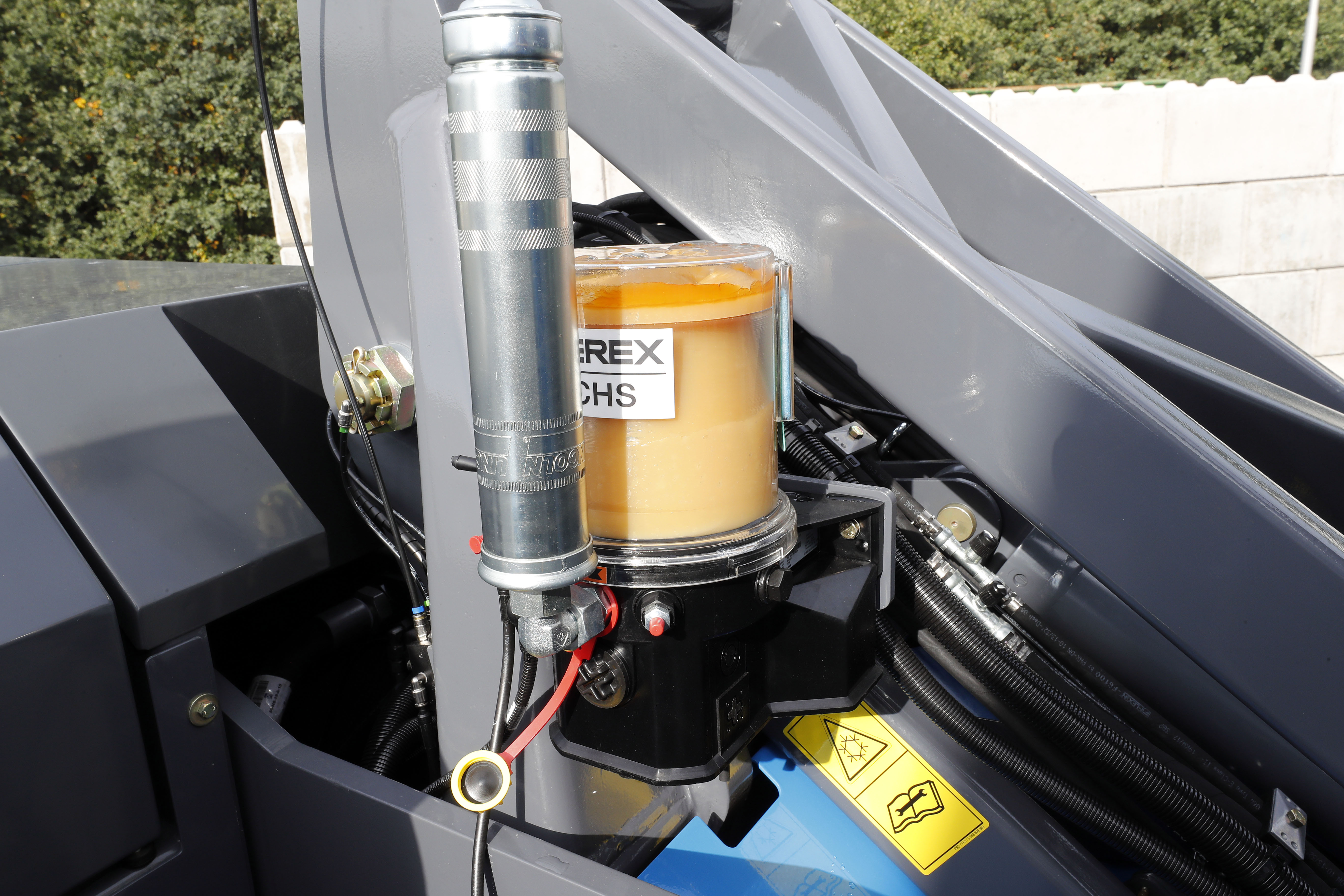 <p>Af-fabriek is de MHL331F voorzien van automatische smering op de bovenwagen. De smeerpunten op de onderwagen moeten handmatig worden gesmeerd.</p>