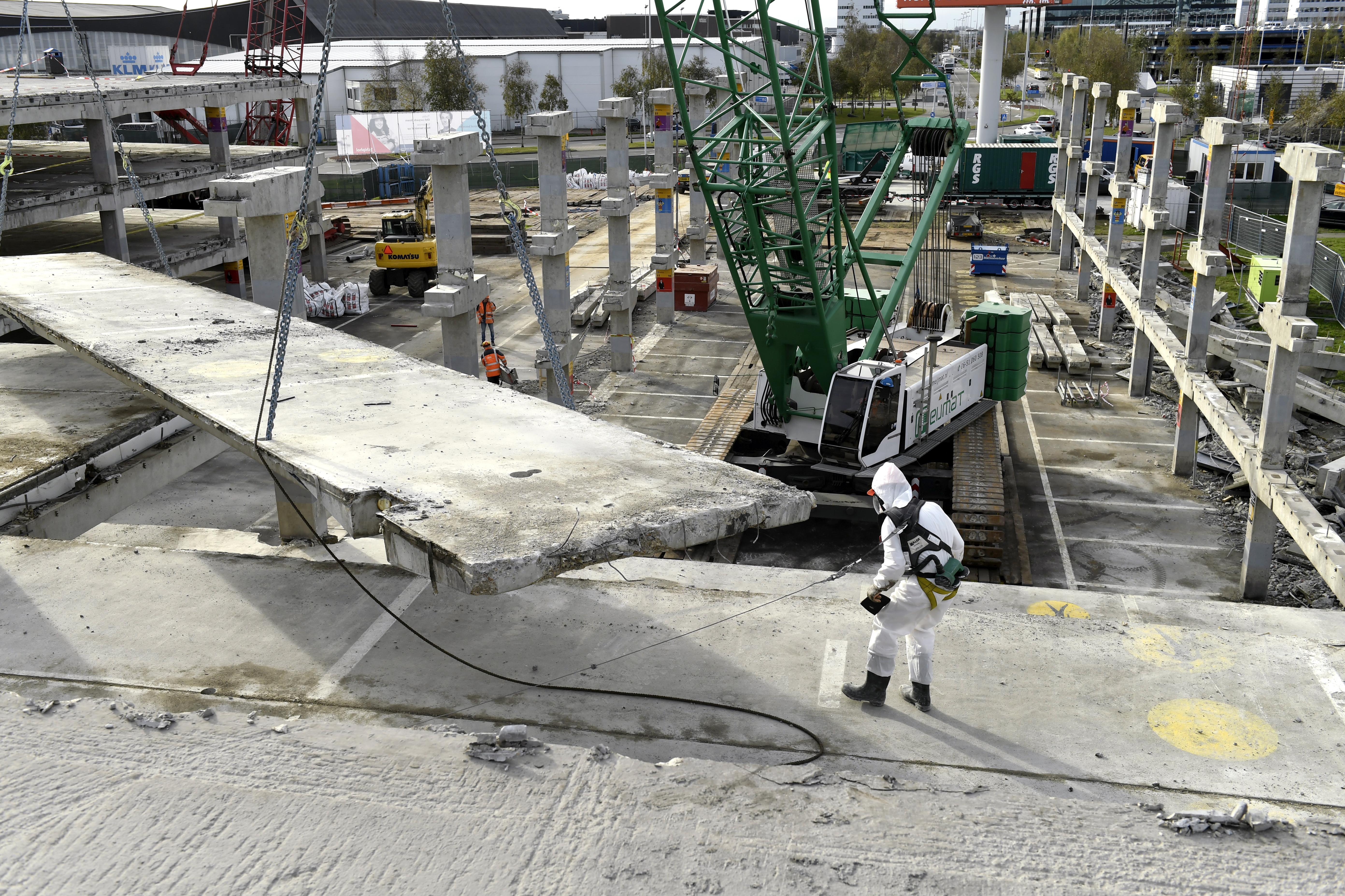 <p>Een aanzienlijk deel van de voormalige parkeergarage moet onder asbestcondities (risicoklasse 2 buitensanering) worden gedemonteerd.</p>