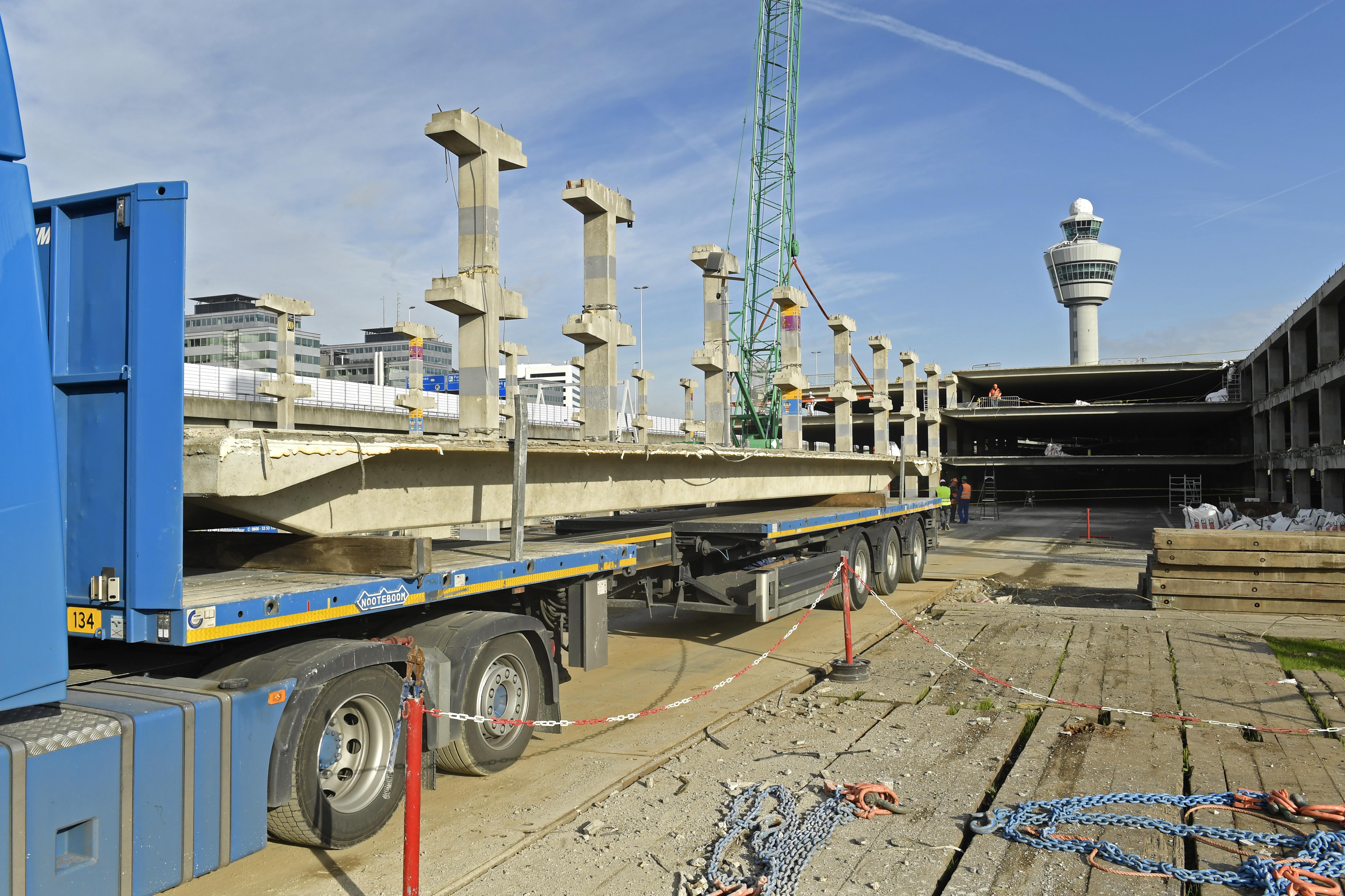 <p>Afgehesen plaatvloeren worden stuk voor stuk afgevoerd naar een andere locatie op Schiphol waar de mobiele breker staat te wachten. Zo gedoseerd heeft het verkeer op de luchthaven geen last van het transport.</p>