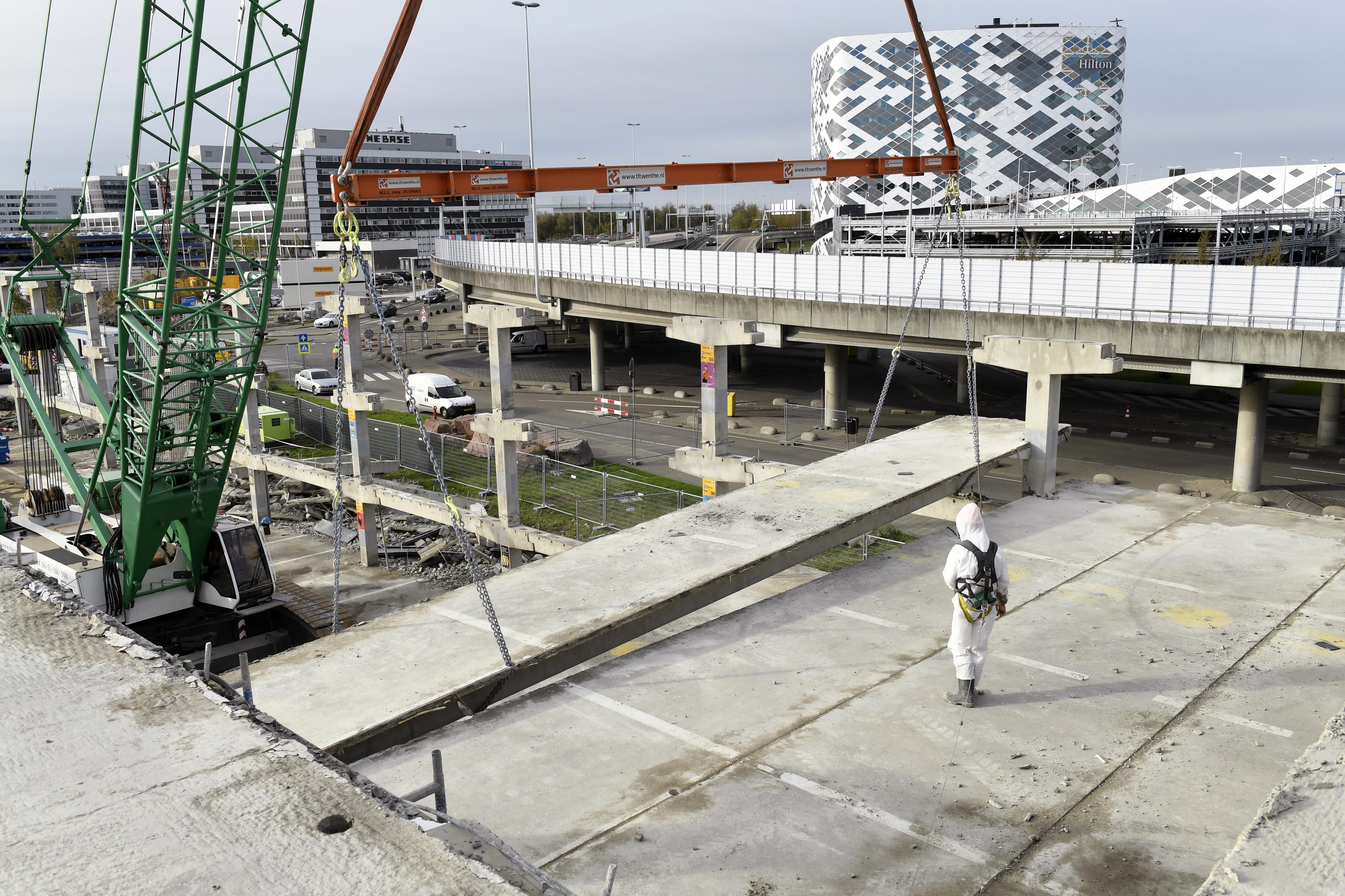 <p>In totaal moeten 1.500 TT-plaatvloeren worden afgehesen, die per stuk zon 20 ton wegen. RGS heeft daarvoor een Liebherr LR 1150 en een Sennebogen 5500 ingehuurd.</p>