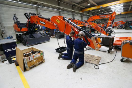 In de werkplaats van Staad in Veghel worden machines klaargemaakt voor levering. Het opbouwen van een mobiele machine duurt een week. Voorheen was dit drie weken.